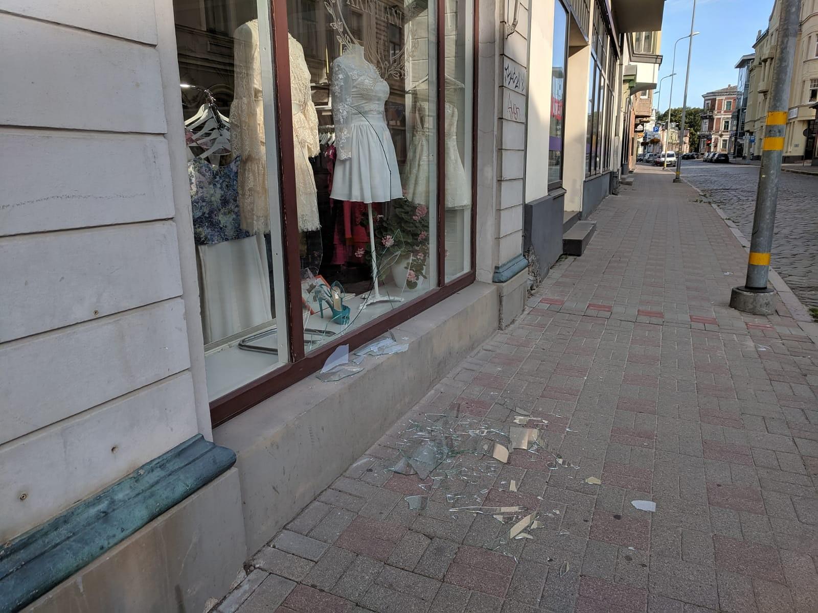 Graudu ielā izsists veikala skatlogs