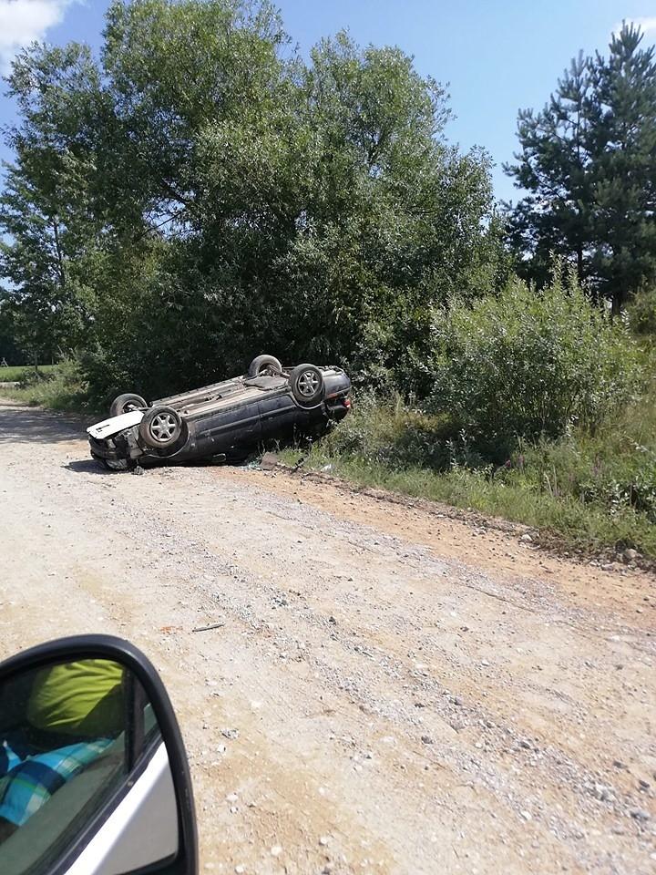 """Grobiņas novadā apgāzusies """"Volvo"""" automašīna"""