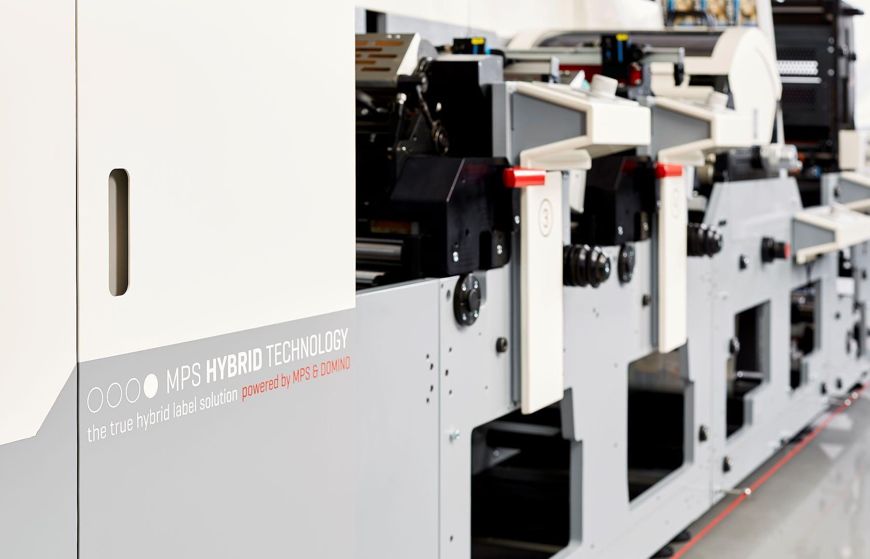 """""""Liepājas Papīrs"""" ražotnē uzstāda Baltijā pirmo hibrīddrukas iekārtu"""