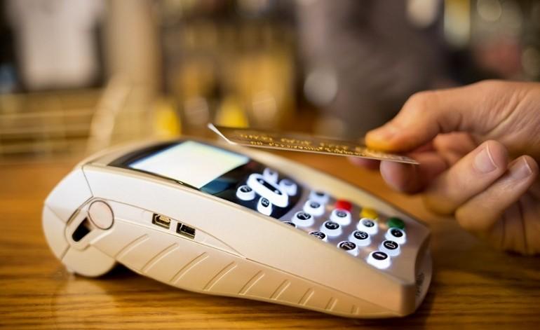 Aiztur kasieri, kas veic pirkumus ar klienta karti