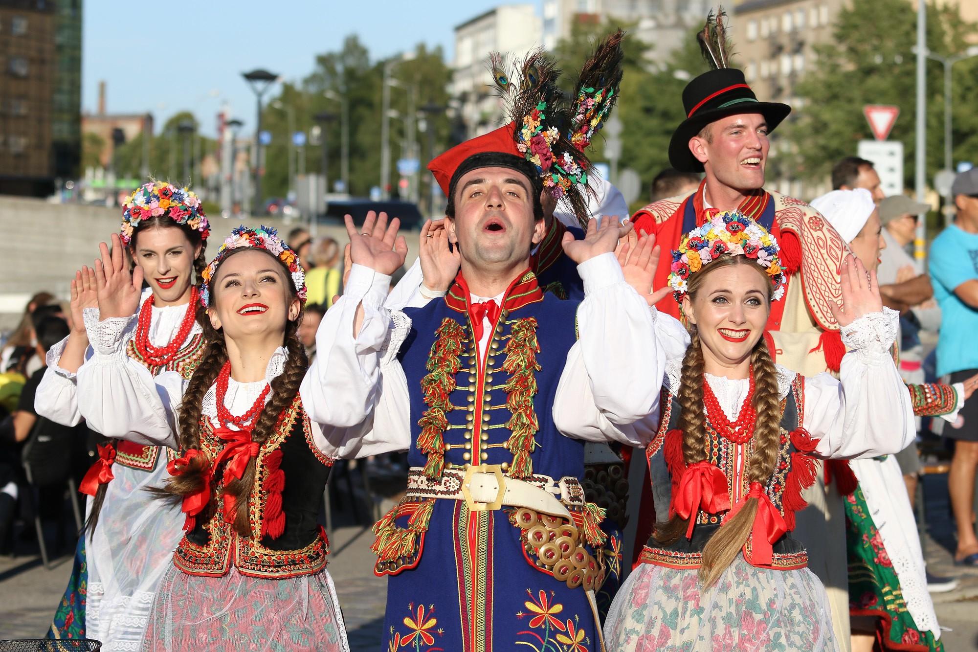 Priecē dažādu tautu deju solis