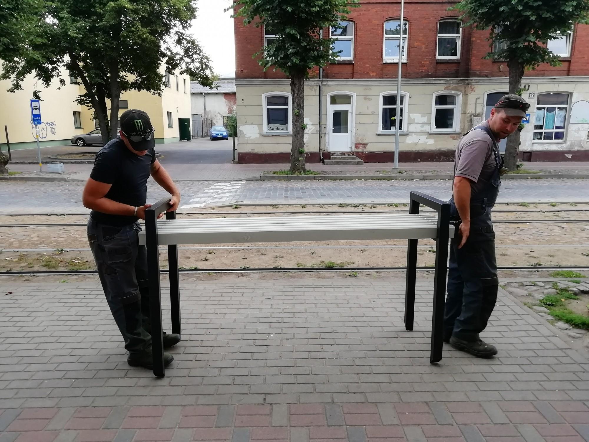 Tomēr uzstāda soliņus tramvaja pieturvietā Rīgas un Esperanto ielas krustojumā