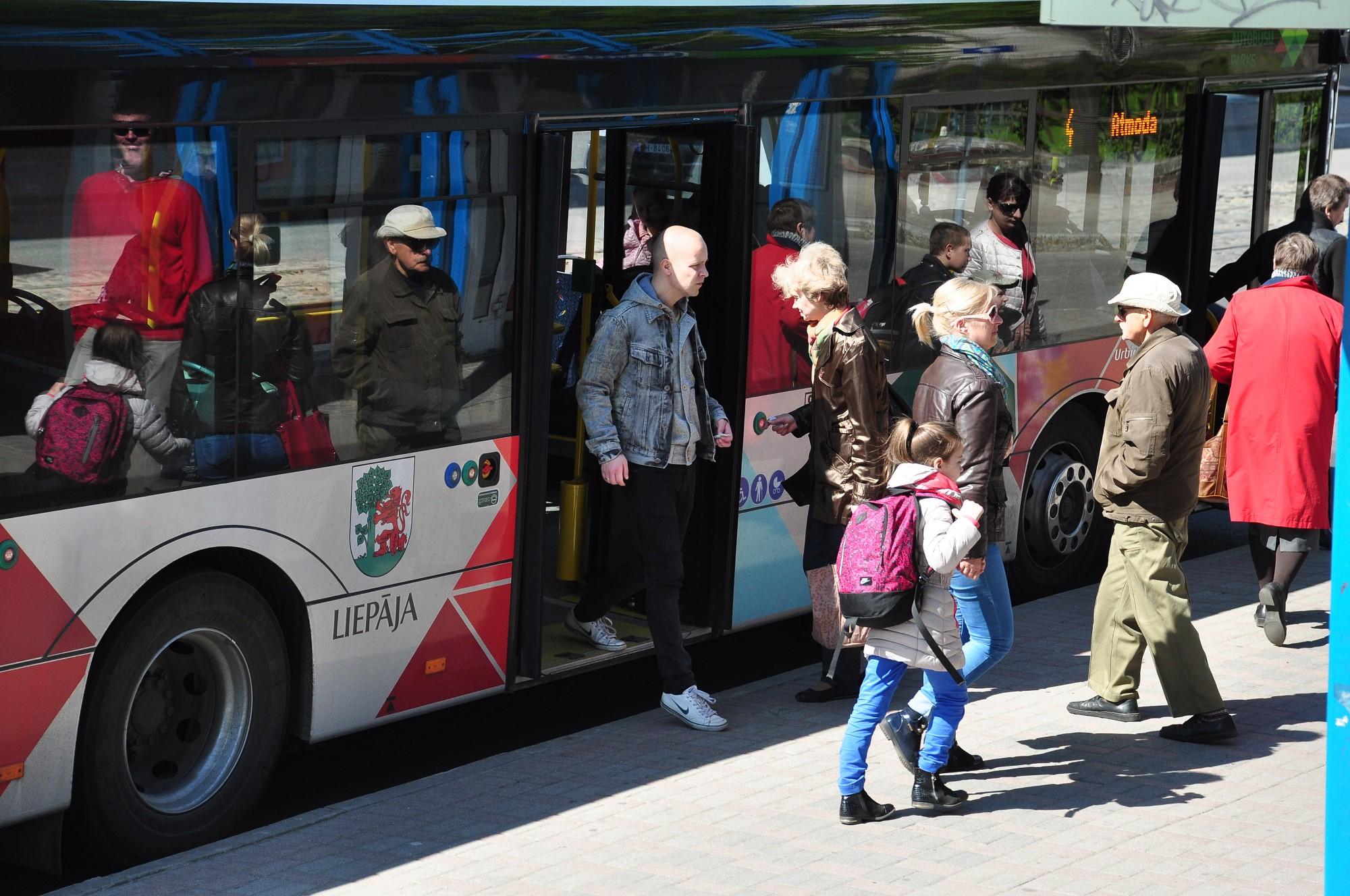 Pirmajā skolas dienā skolēni un studenti sabiedrisko transportu varēs izmantot bez maksas