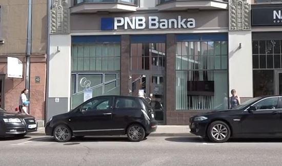 """""""PNB bankas"""" klienti Liepājā veido garas rindas pie citu banku filiālēm"""