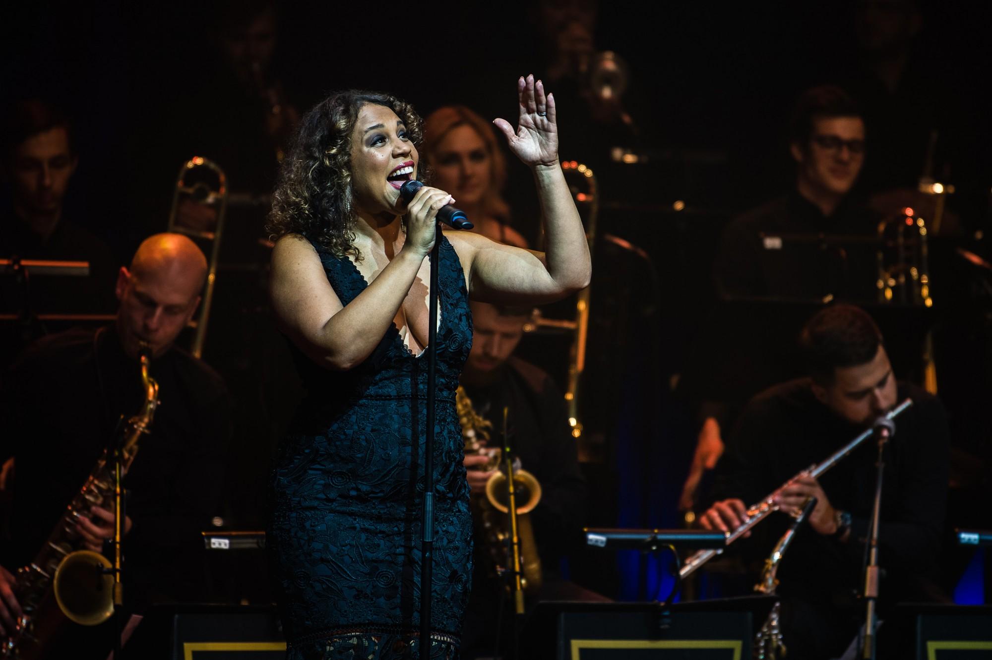 Liepājā ar stāvovācijām aizvadīts amerikāņu džeza dīvas Šeinas Stīlas koncerts