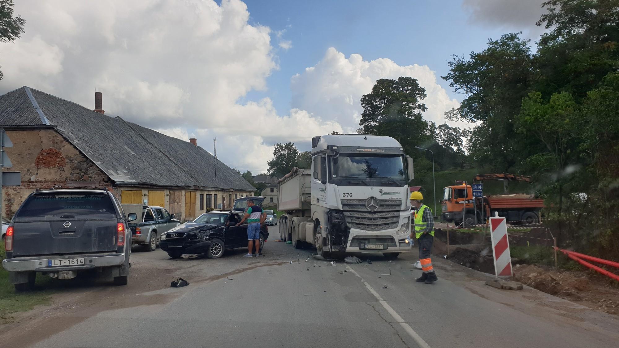 Pēc avārijas ar kravas automašīnu nonāk slimnīcā