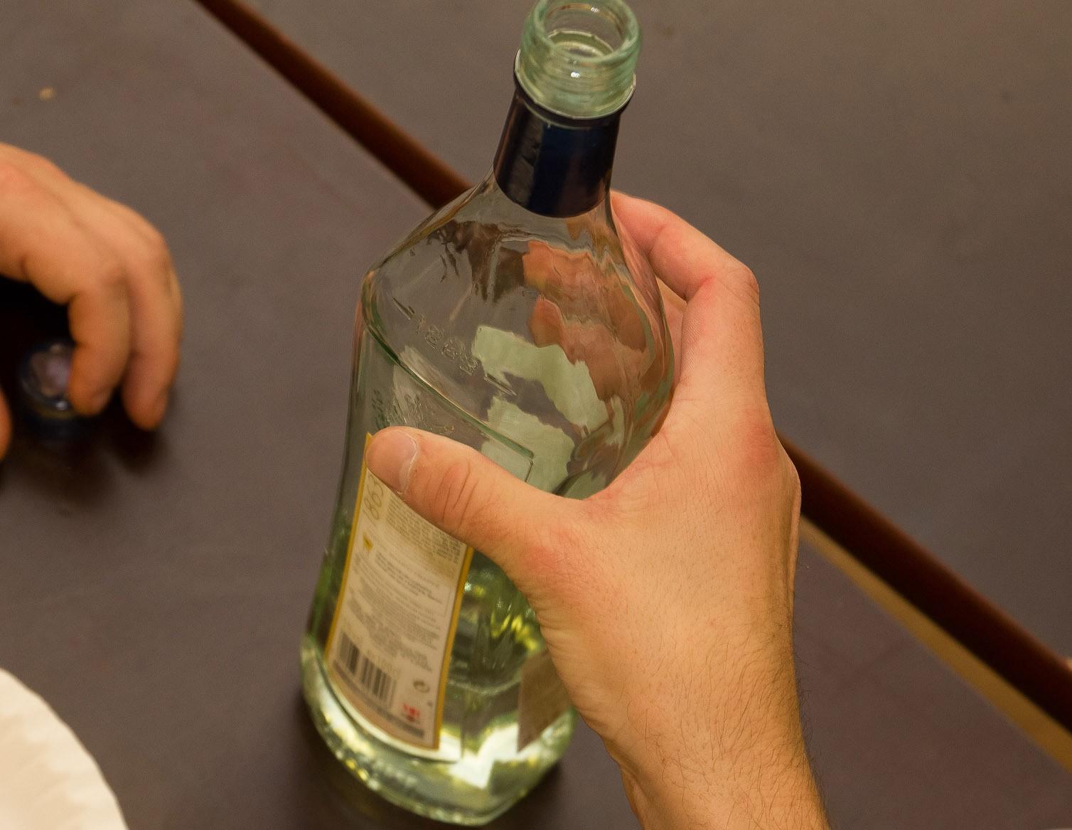 Vīrietis būdams alkohola reibumā veikalā saceļ traci