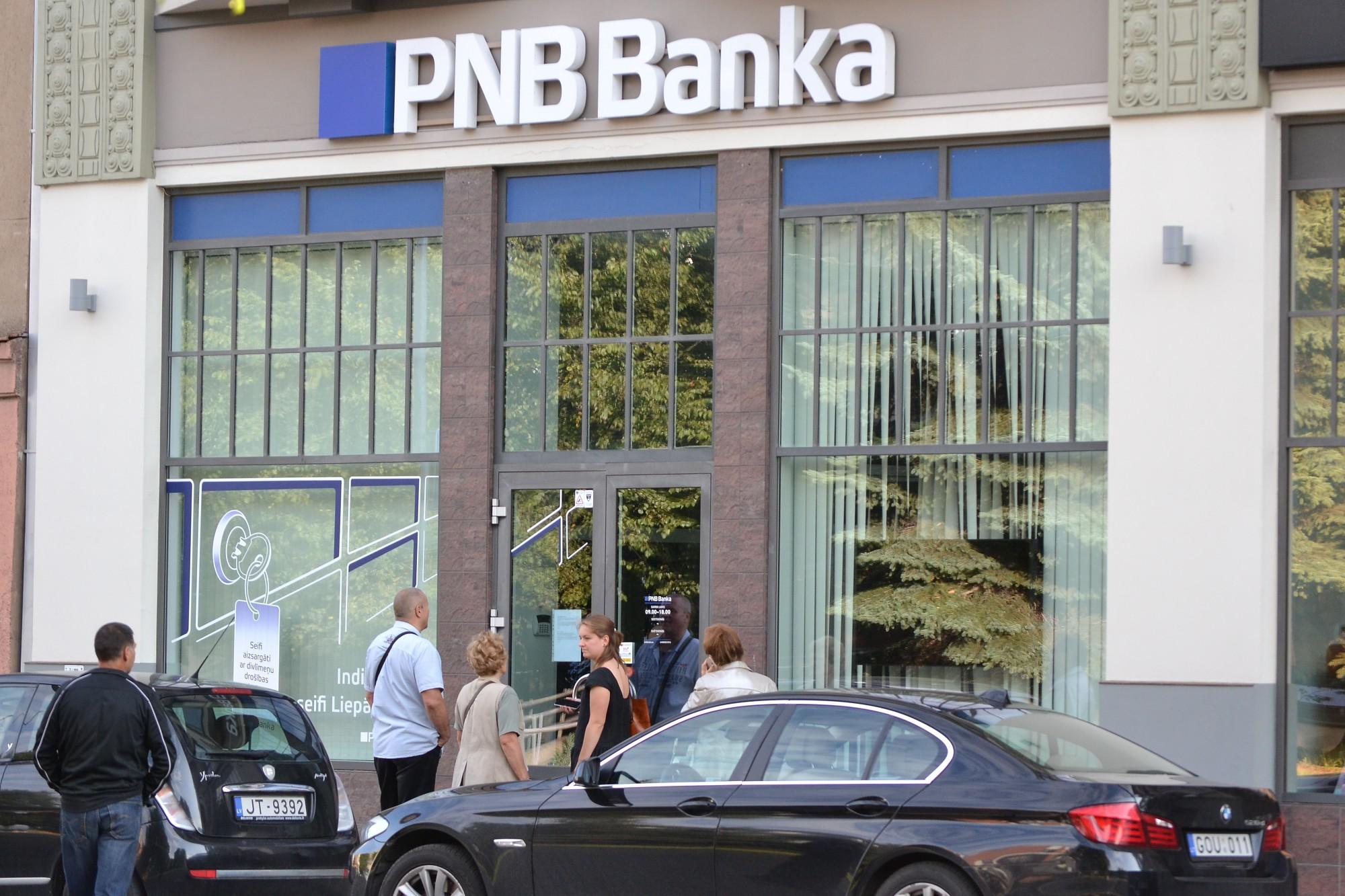 """Papildināts – Pie slēgtās """"PNB bankas"""" Liepājas klientu centra pulcējas satraukti klienti"""