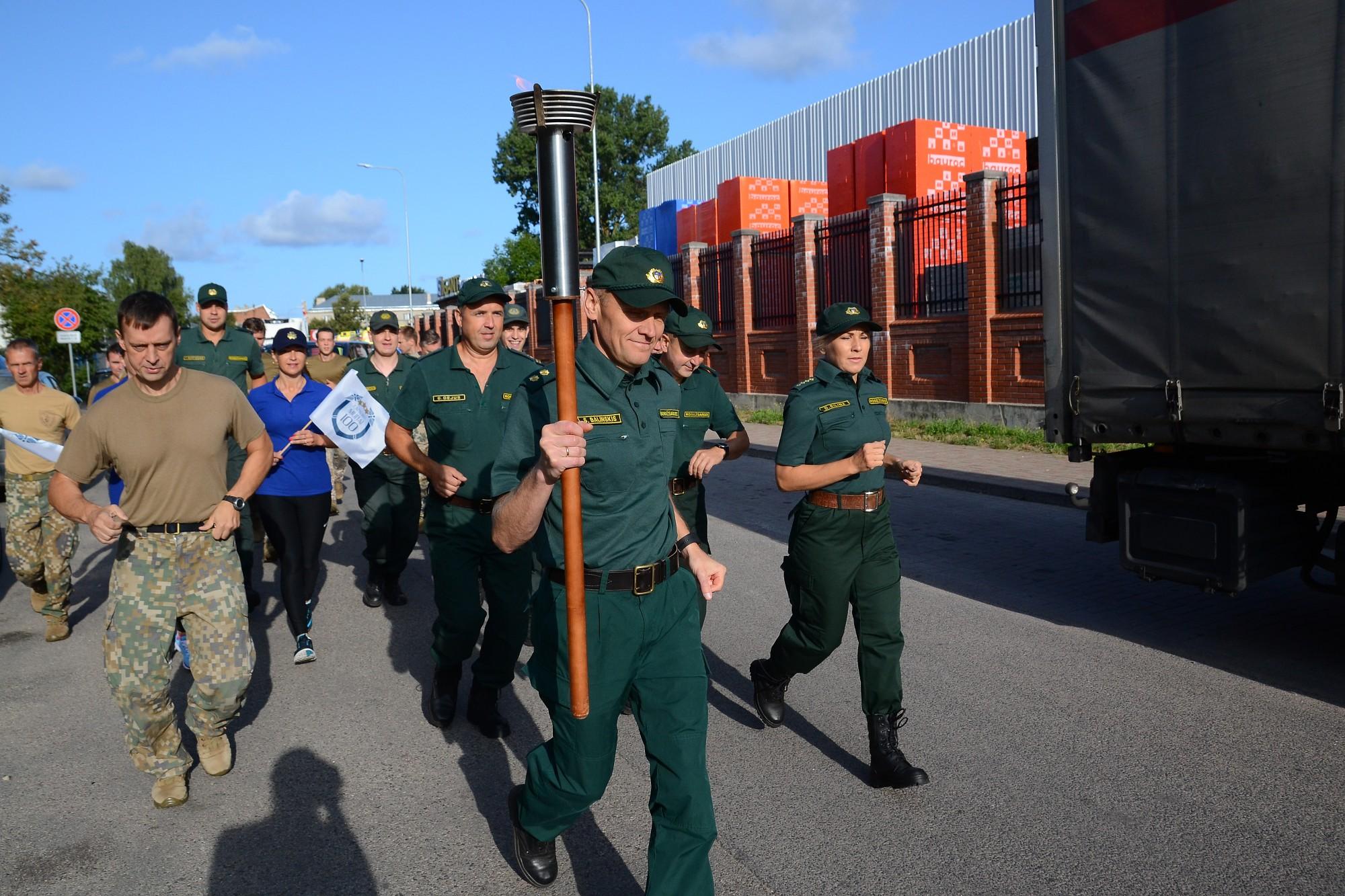 Robežsargi piedalās skrējienā apkārt Latvijas robežai