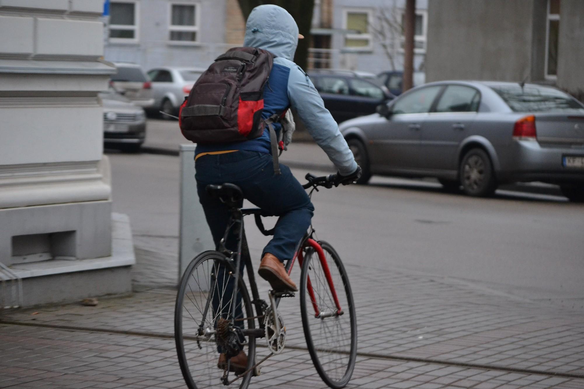 Pa kāpņu telpām siro velosipēdu zagļi