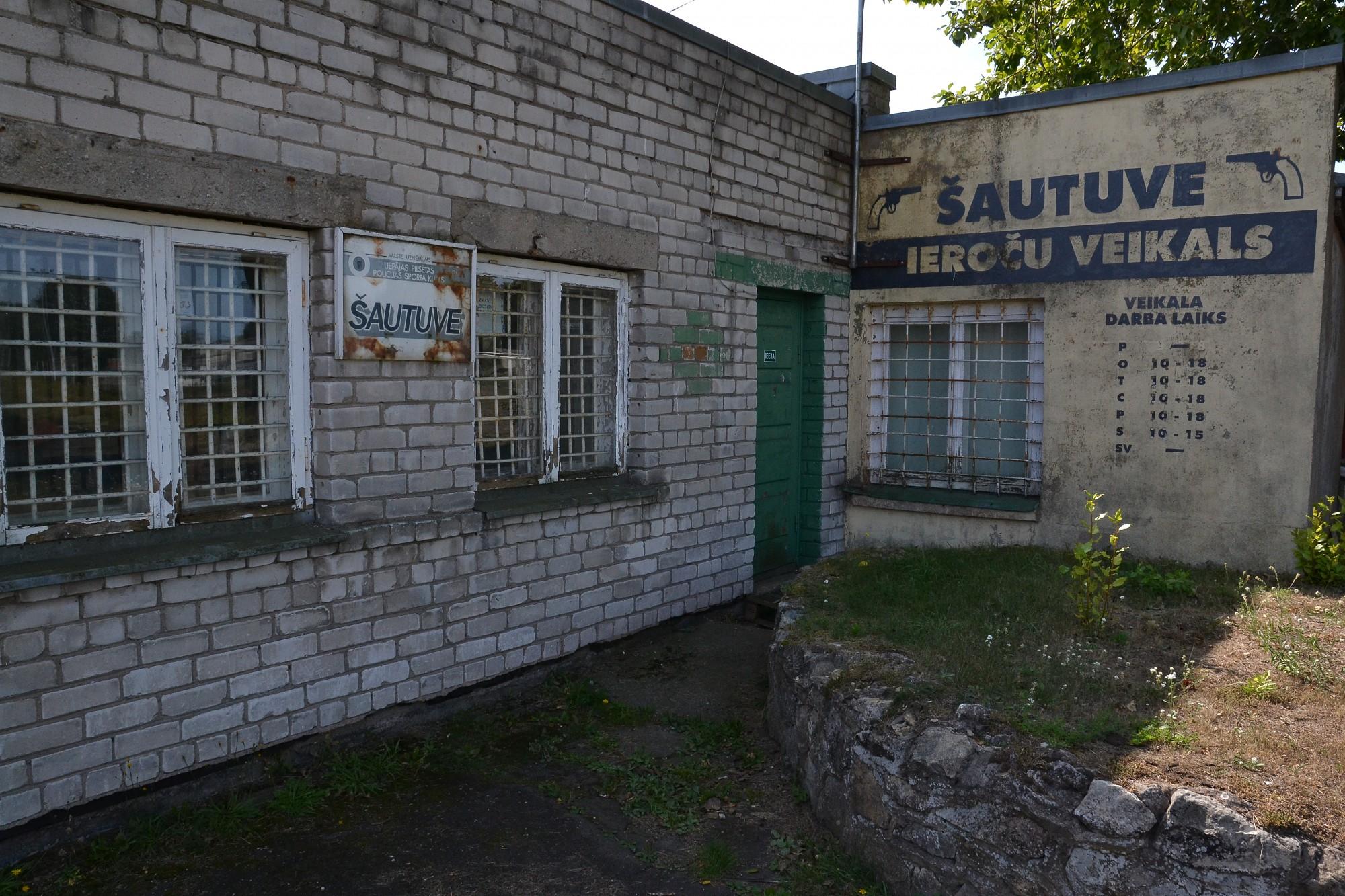 """Pašvaldība vēlas savā īpašumā iegūt šautuvi stadiona """"Olimpija"""" teritorijā"""