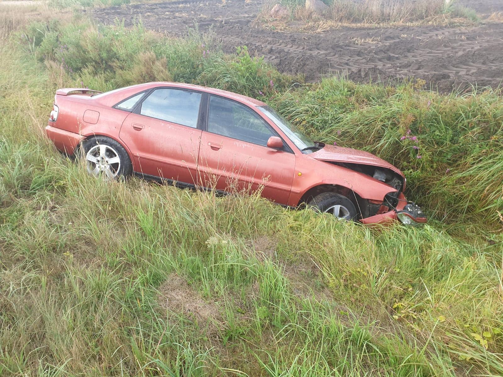 """Pēc avārijas aiz Šķēdes mazdārziņiem grāvī atstāj """"Audi"""""""