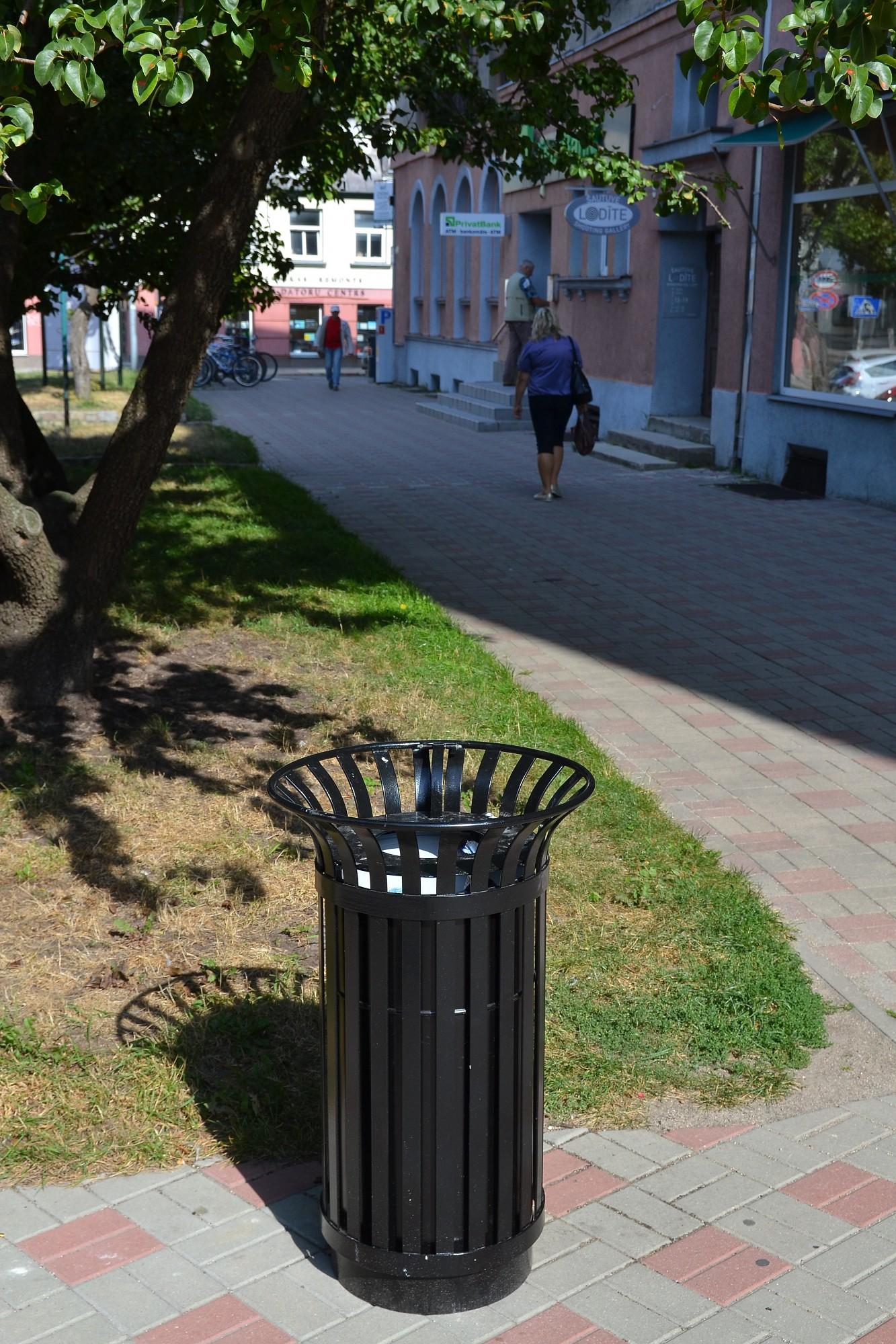 Liepājā izvieto jaunas atkritumu urnas