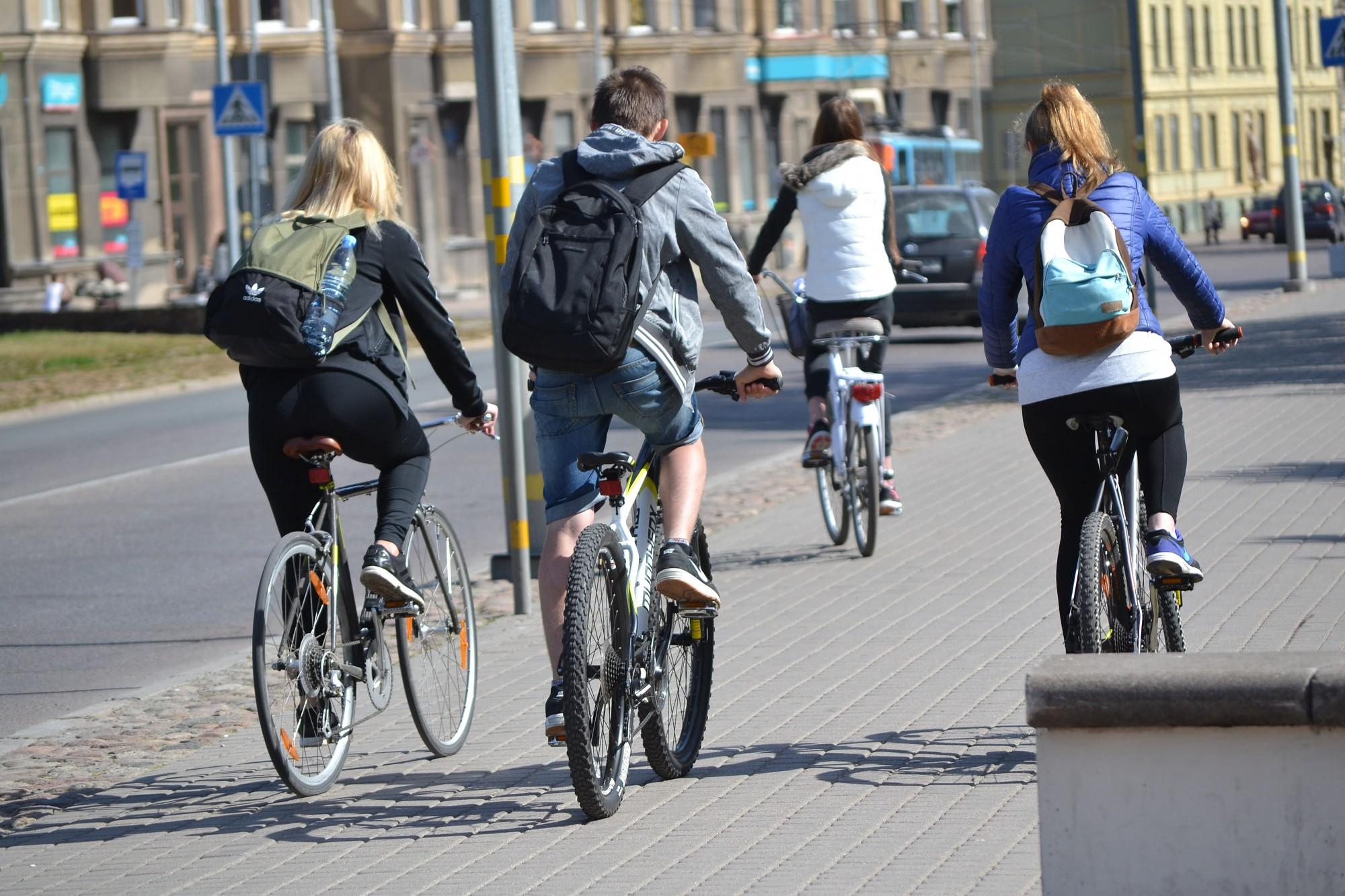 Bezatbildīgs velosipēdists izraisa avāriju