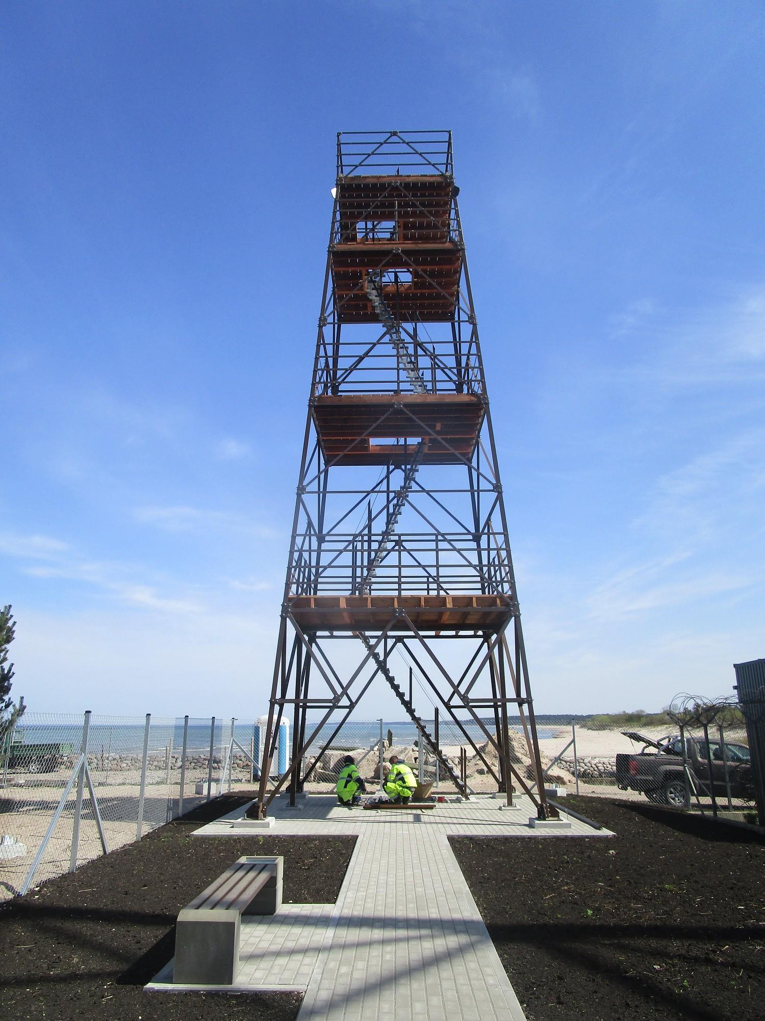 Pāvilostas atjaunotajā skatu tornī kuģus un putnus var skatīt teleskopā