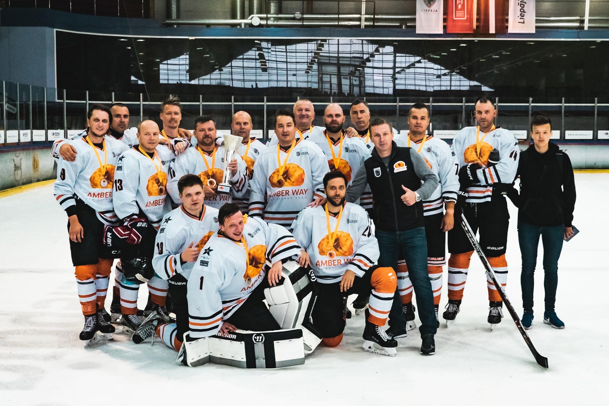 """Hokeja turnīrā """"Amber Puck"""" noskaidroti čempioni amatieru grupā"""
