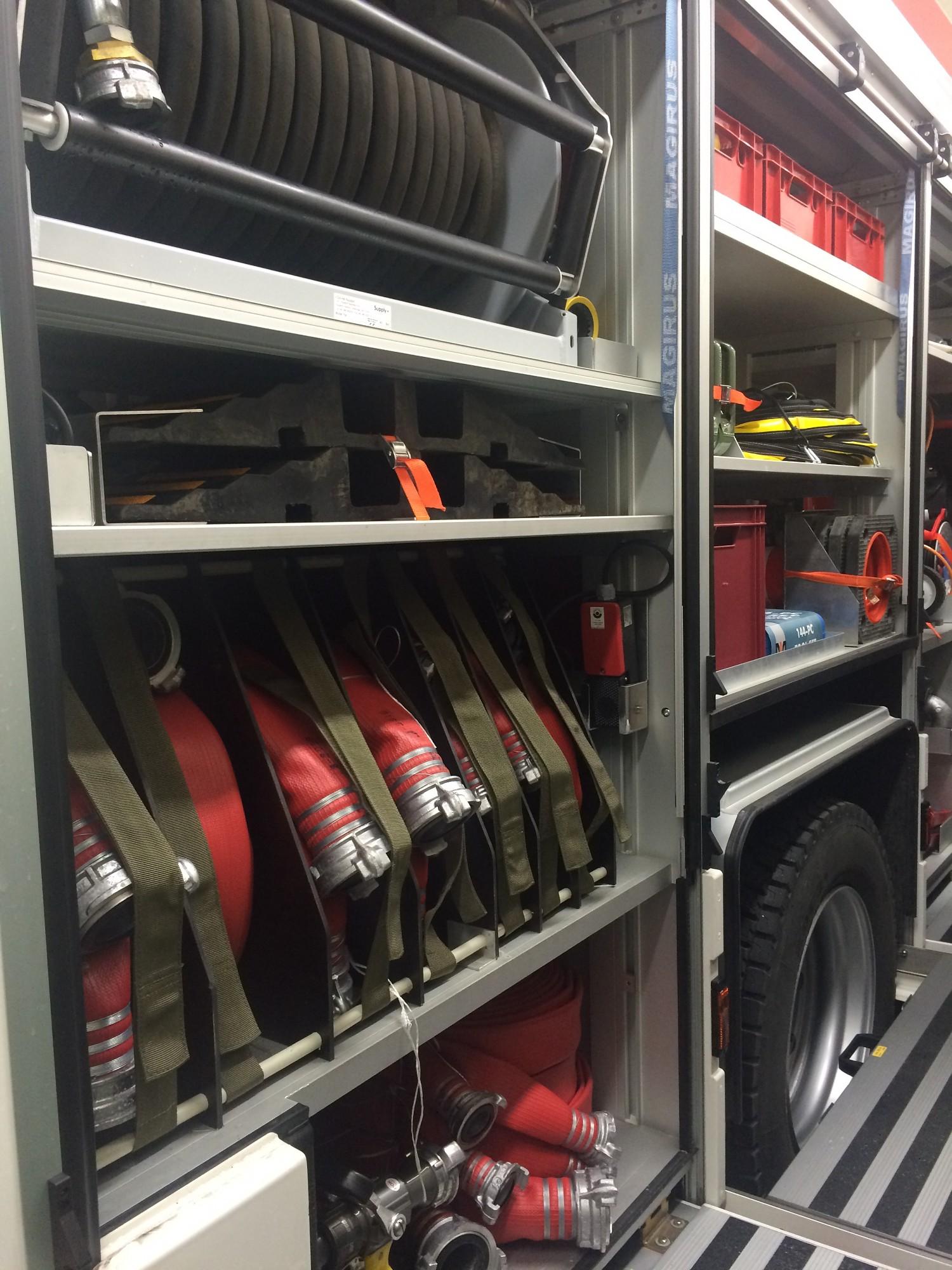 Nemierīga nakts ugunsdzēsējiem glābējiem. Karostā degušas divas automašīnas