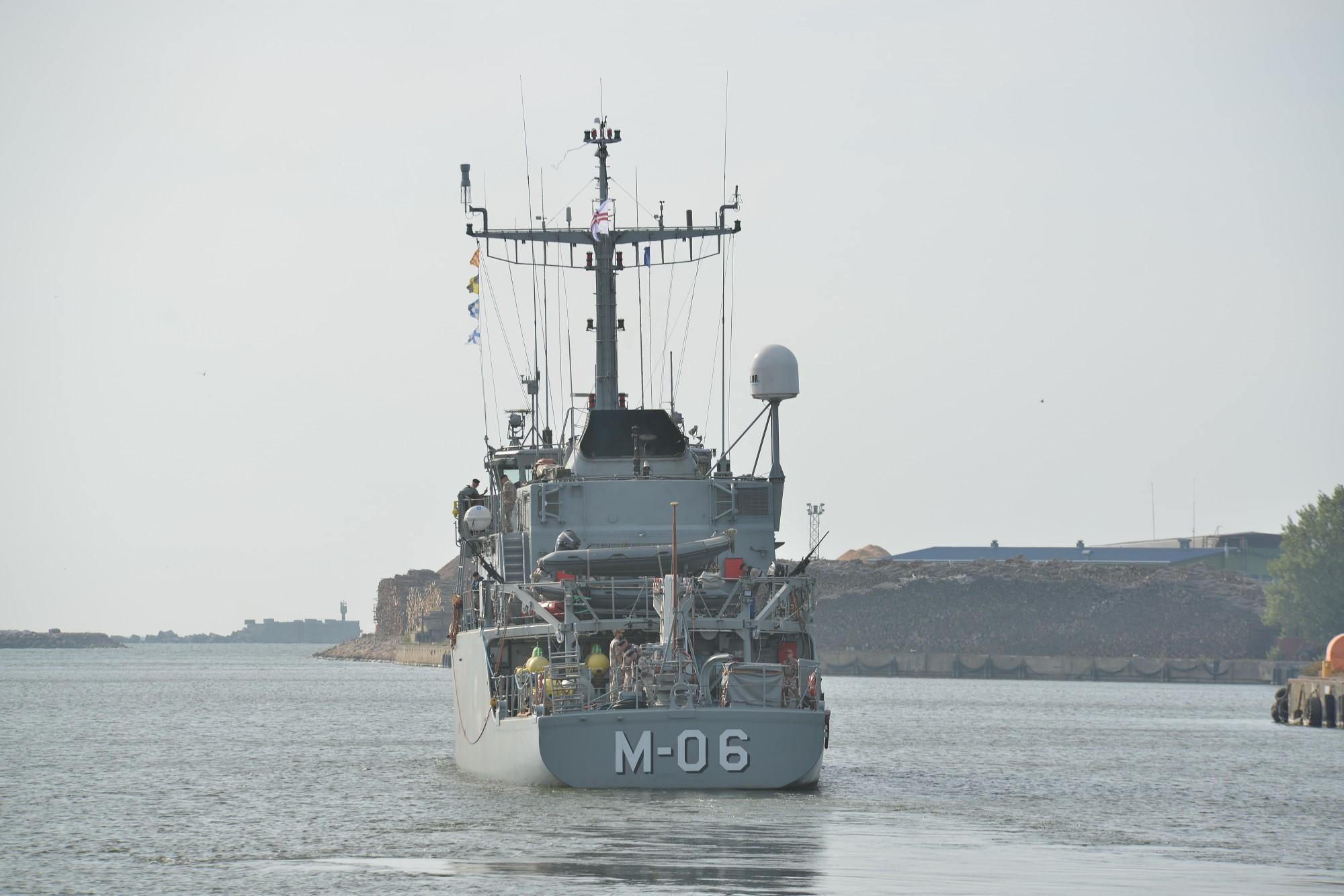"""Mīnu kuģis """"Tālivaldis"""" piedalās sprādzienbīstamu priekšmetu iznīcināšanas operācijā"""