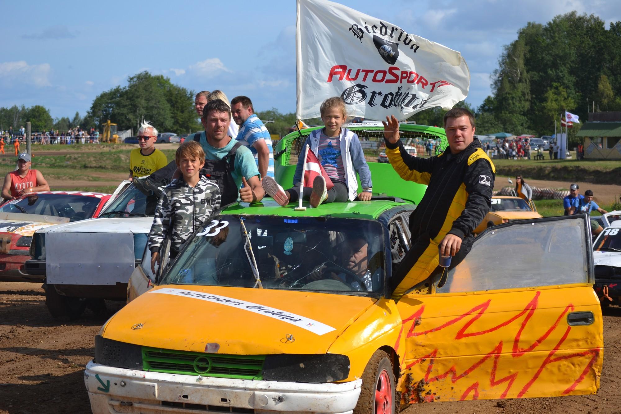 Vecpils autosporta festivālā – enerģiskas cīņas un sadursmes
