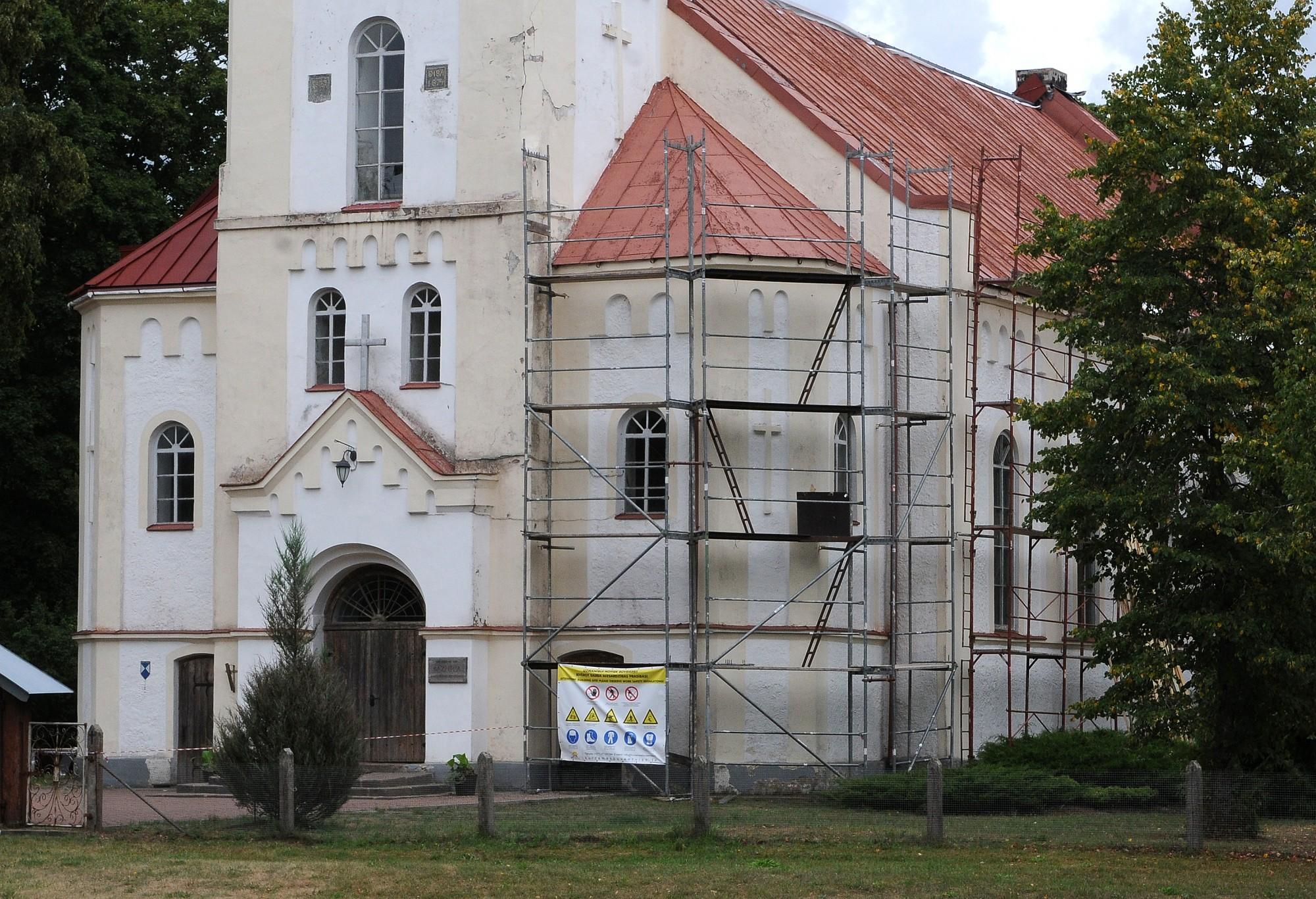 Atjauno Rucavas evaņģēliski luteriskās baznīcas fasādi un mācītāja kapavietu