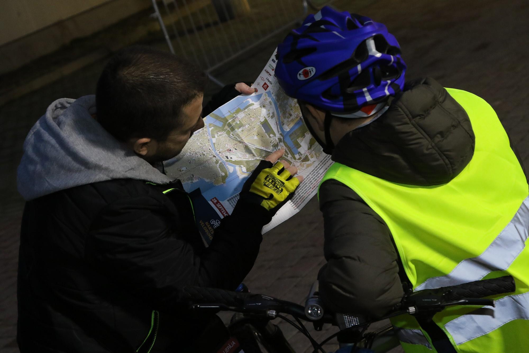Foto: Ar veloorientēšanos naktī noslēdz riteņbraukšanas aktīvo sezonu Liepājā