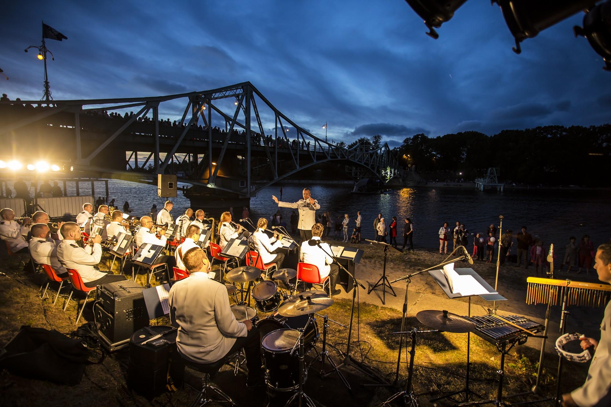 Brīvā atmosfērā aizvada koncertu, kas veltīts Oskara Kalpaka tilta atjaunošanai