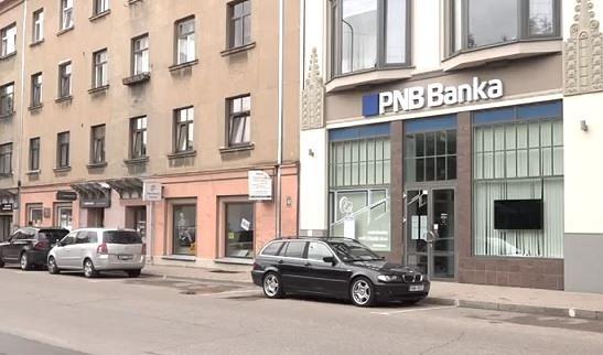 """Daži """"PNB Banka"""" klienti fiziski nespēj aiziet līdz bankai, lai nomainītu kontu"""