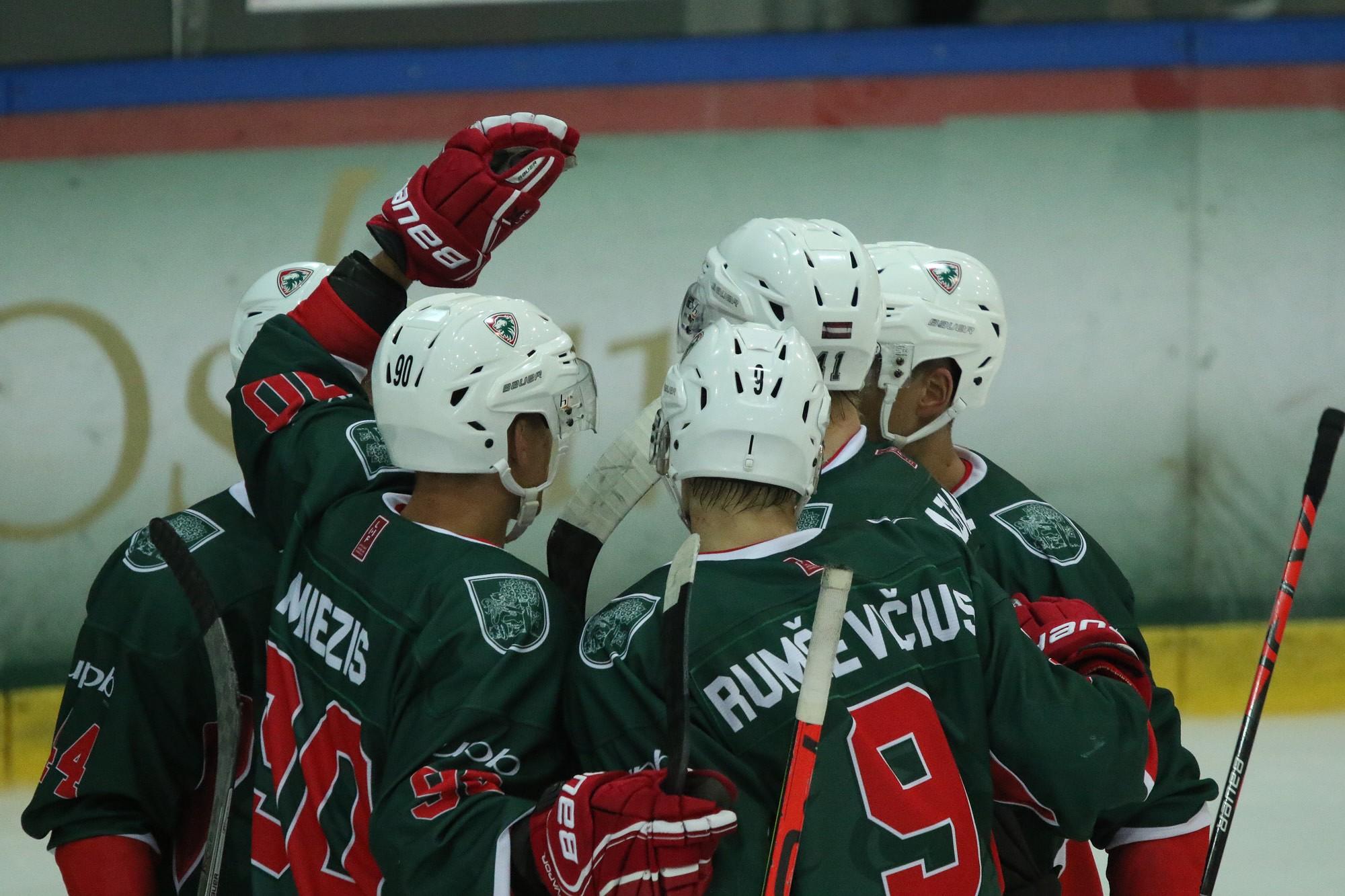 """""""Liepājas"""" hokejisti izcīna pirmo uzvaru, viesos uzveicot """"Prizmu""""/IHS"""