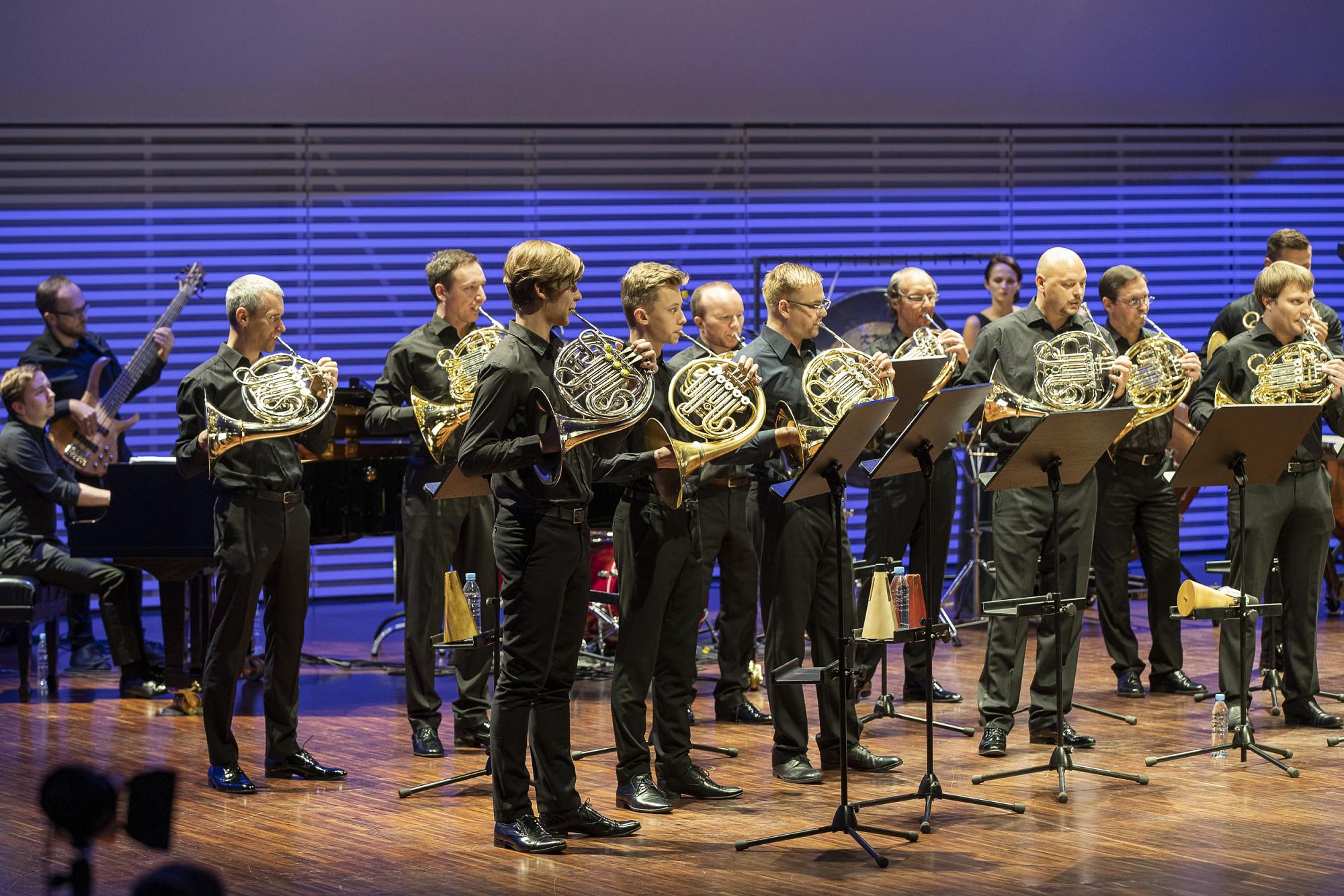 """Koncertzālē """"Lielais dzintars"""" uz vienas skatuves tiekas visi Latvijas profesionālie mežradznieki"""
