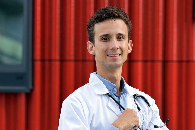 Mediķi sašutuši par naudas nepiešķiršanu solītajam algu kāpumam