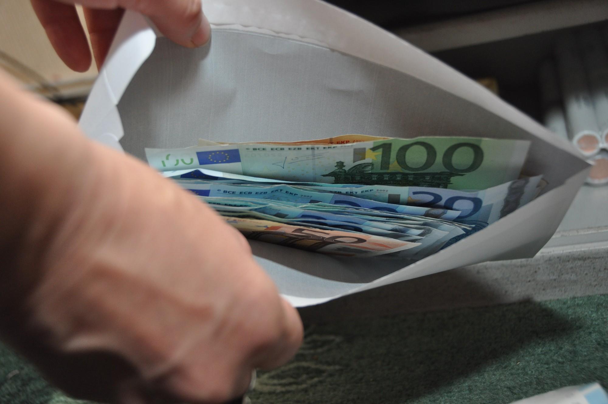 Veikala kasiere, veicot sev uzticētos darba pienākumus, no kases ilgākā laika periodā izņēmusi vairākus simtus eiro