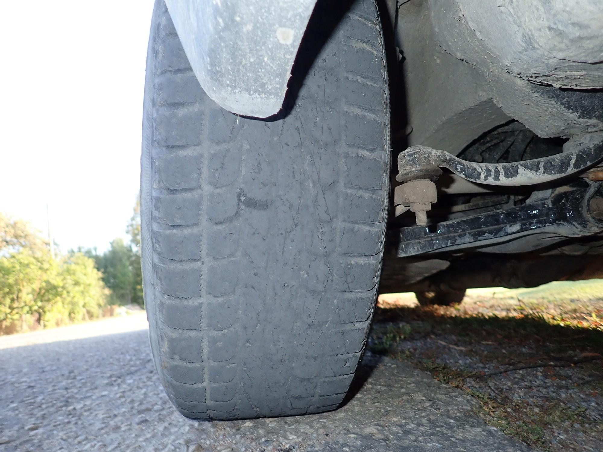 """Vīrietis Rucavas pagastā pārkāpj atļauto braukšanas ātrumu un pārvietojas ar """"plikām"""" riepām"""