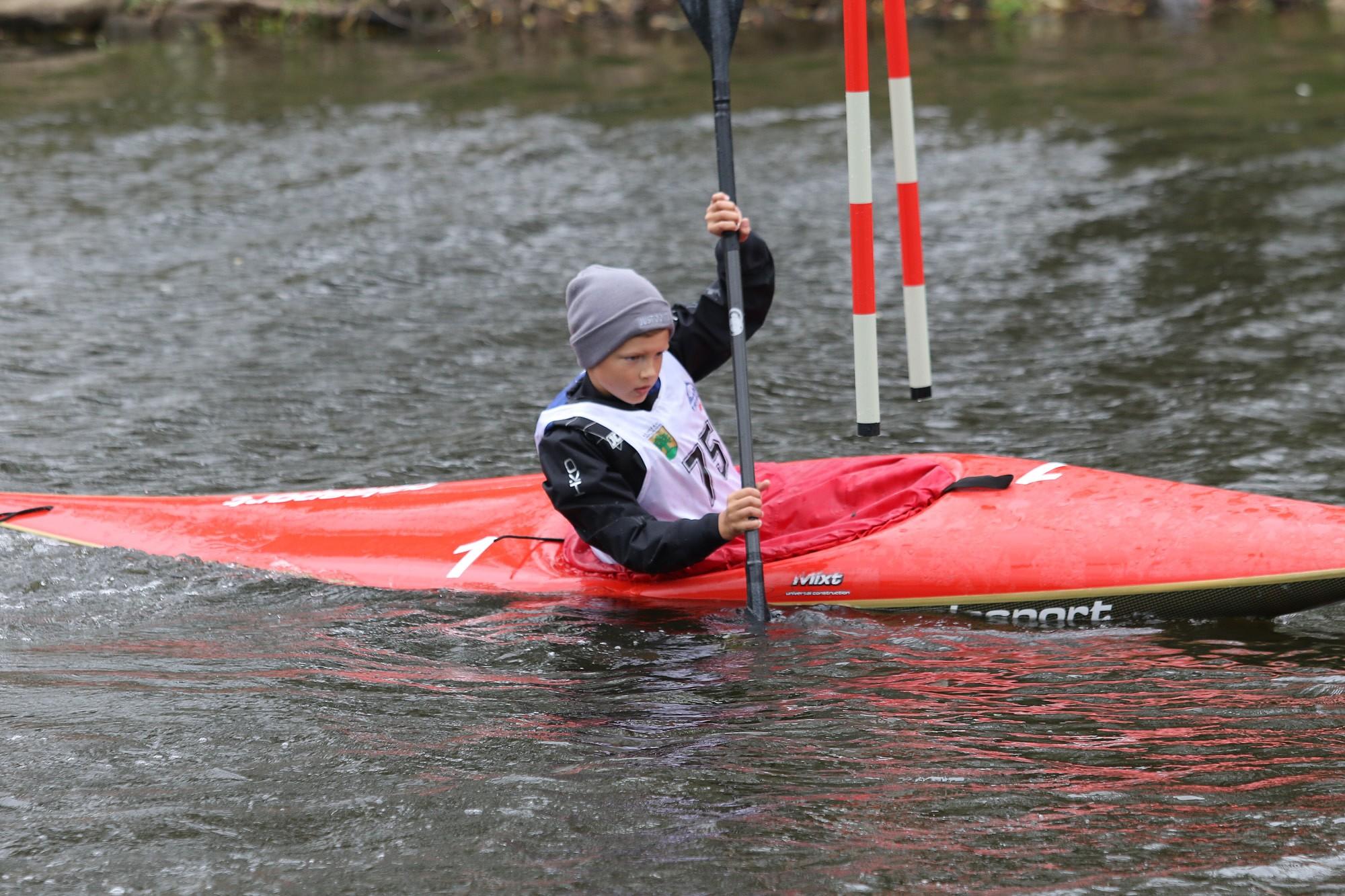 Spēcīgā lietū un vējā aizvada Liepājas čempionātu airēšanas slalomā