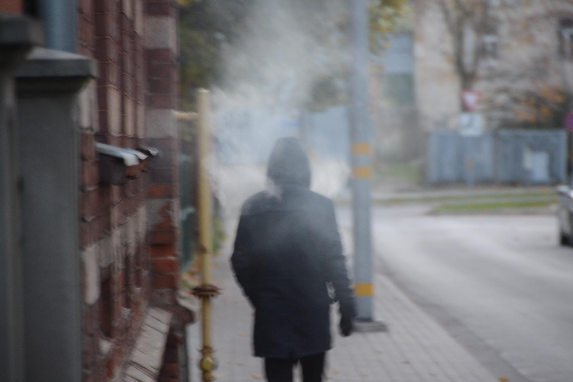 Liepājā aiztur jaunieti, kurš, iespējams, smēķējis cigareti ar nezināmas izcelsmes augu valsts maisījumu
