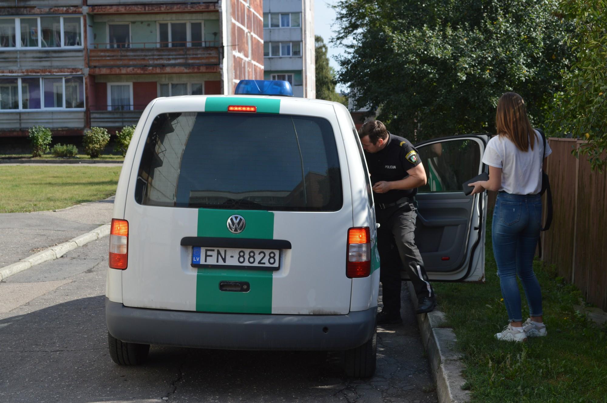 Policija pie tehnikuma tvarsta pīpētājus