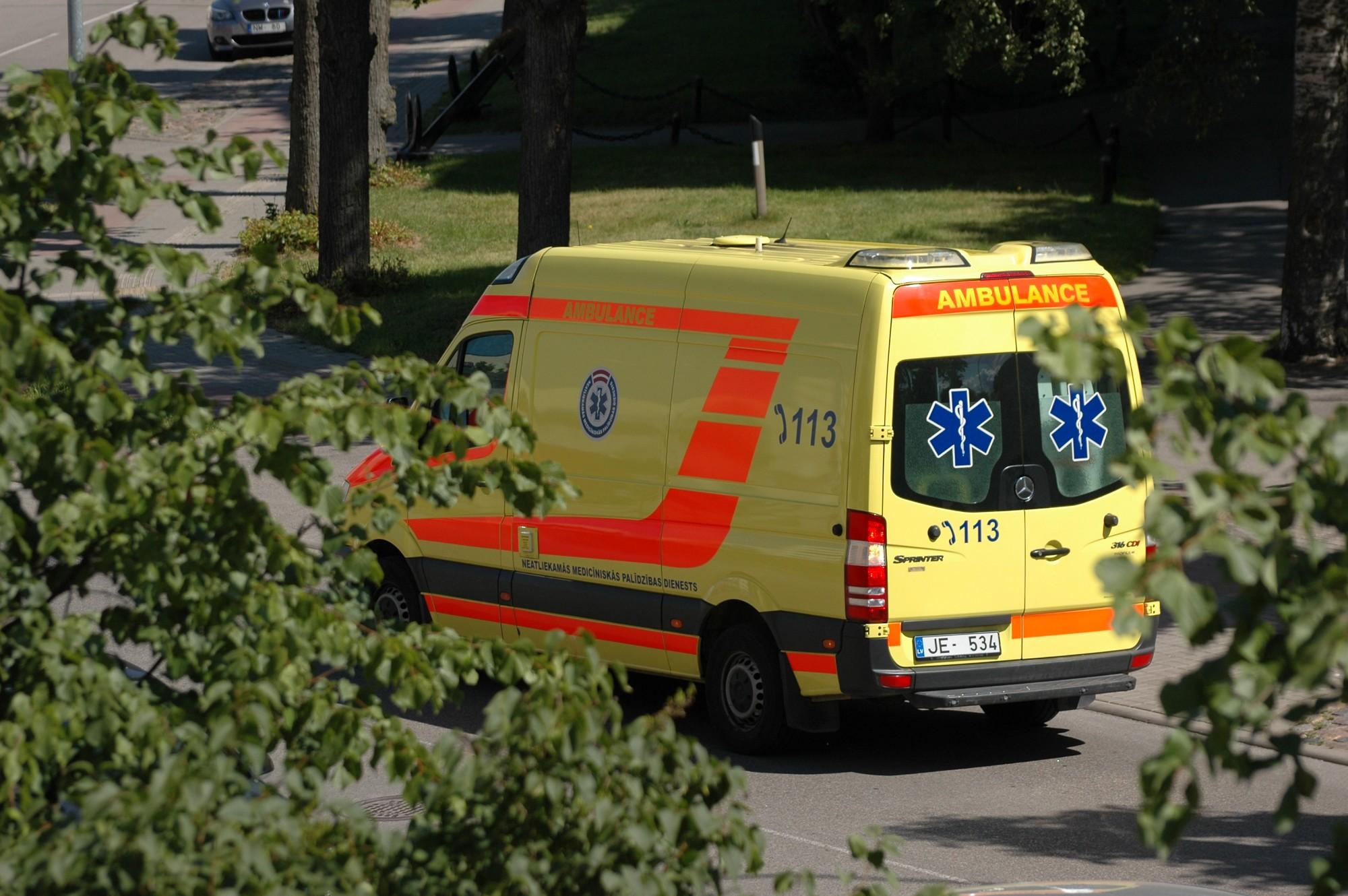 Autobusam strauji bremzējot, traumas guvis iereibis pasažieris