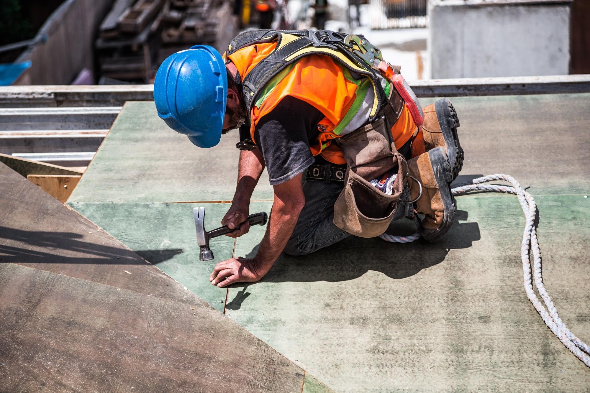 Aizdomās par karteļa vienošanos un kukuļdošanu veic kratīšanas Latvijas lielākajās būvfirmās un pie vairākām valsts amatpersonām
