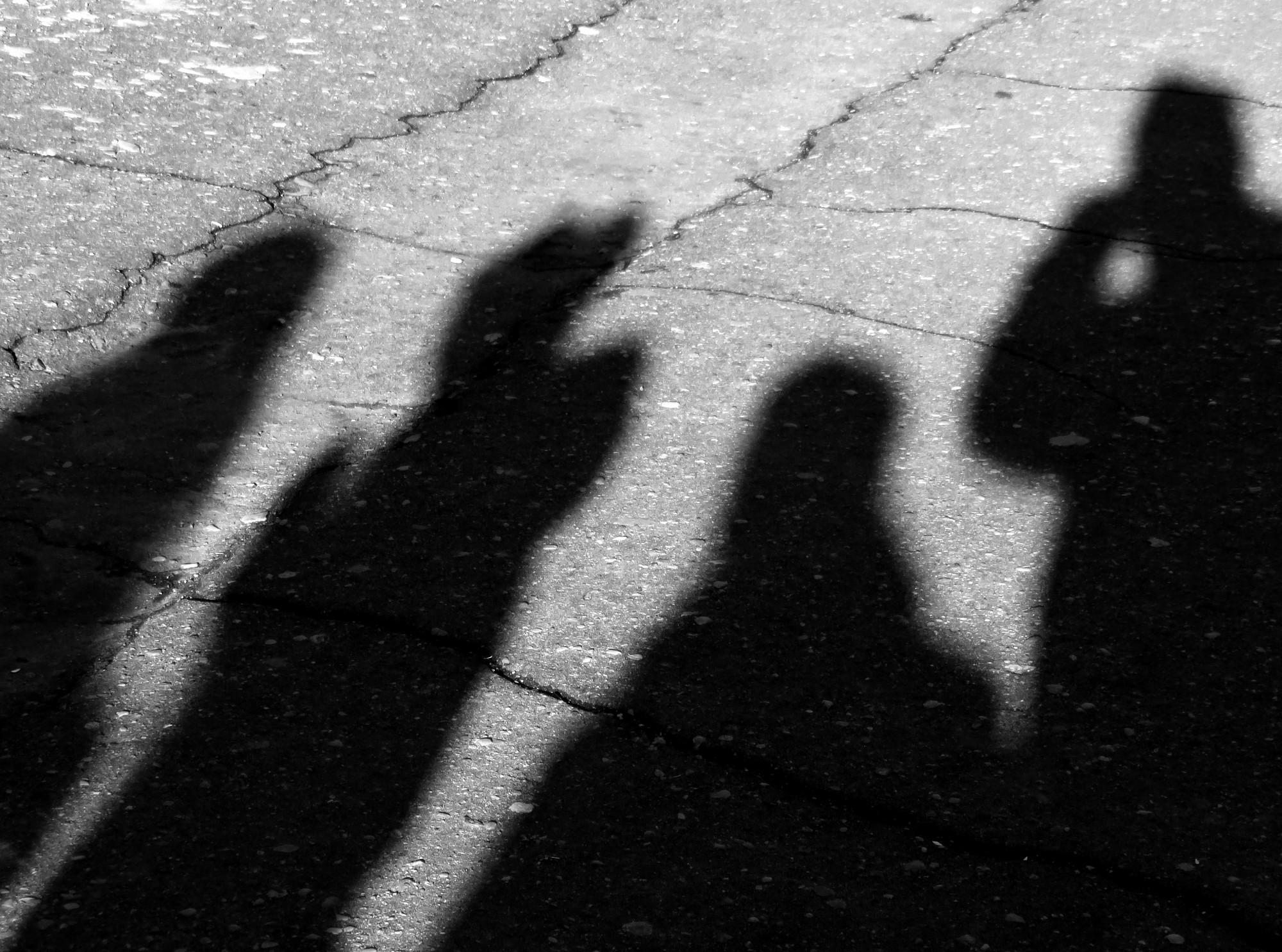 Deviņus un desmit gadus vecas meitenes mēģina apzagt veikalu Zemnieku ielā
