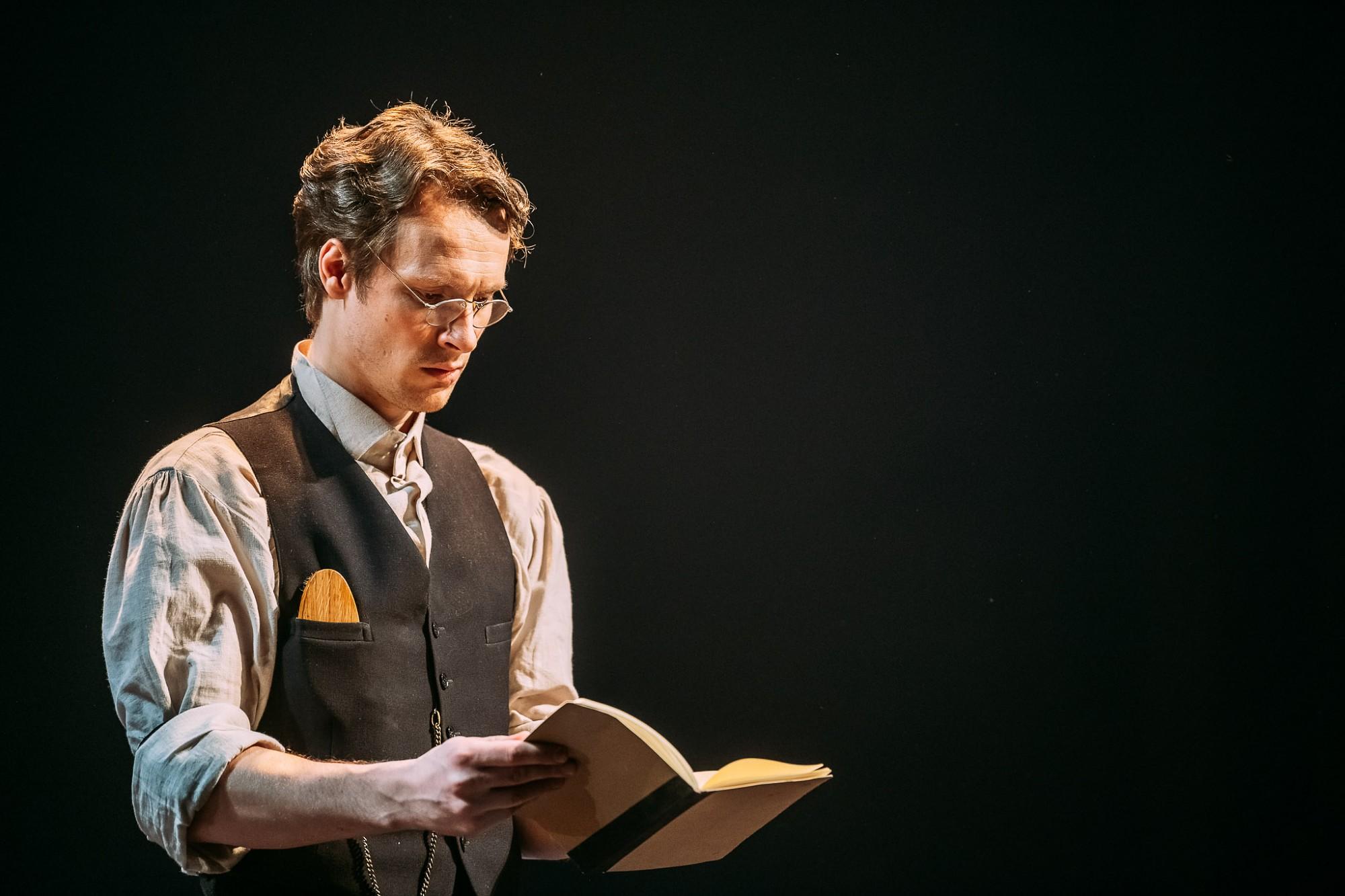 Dzejnieka Jāņa Petera vārdi aktieru interpretācijā. Liepājā atklās Dzejas dienas