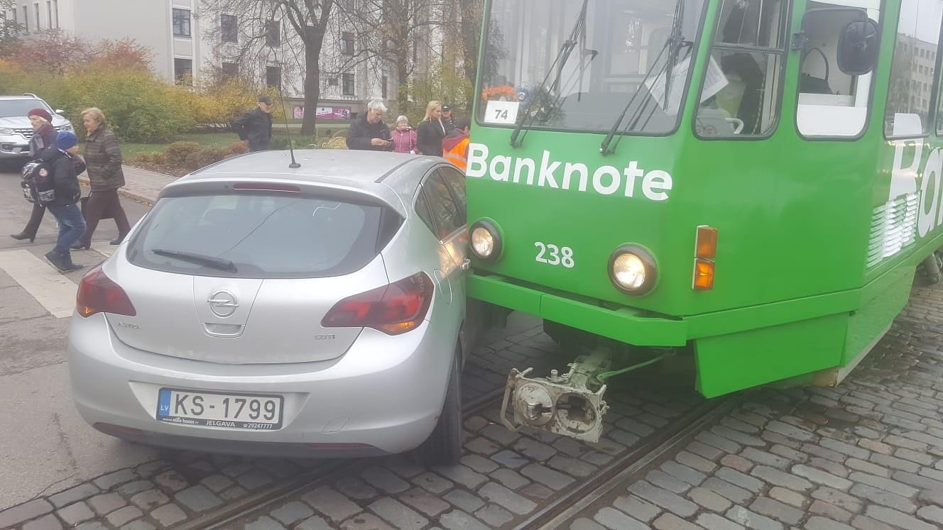 """Pie """"Kurzemes"""" tramvajs saskrienas ar automašīnu """"Opel"""""""