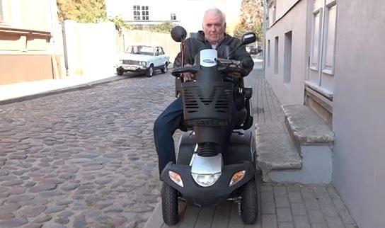 Cilvēki ar invaliditāti joprojām pieprasa uzlabot vides pieejamību Liepājā
