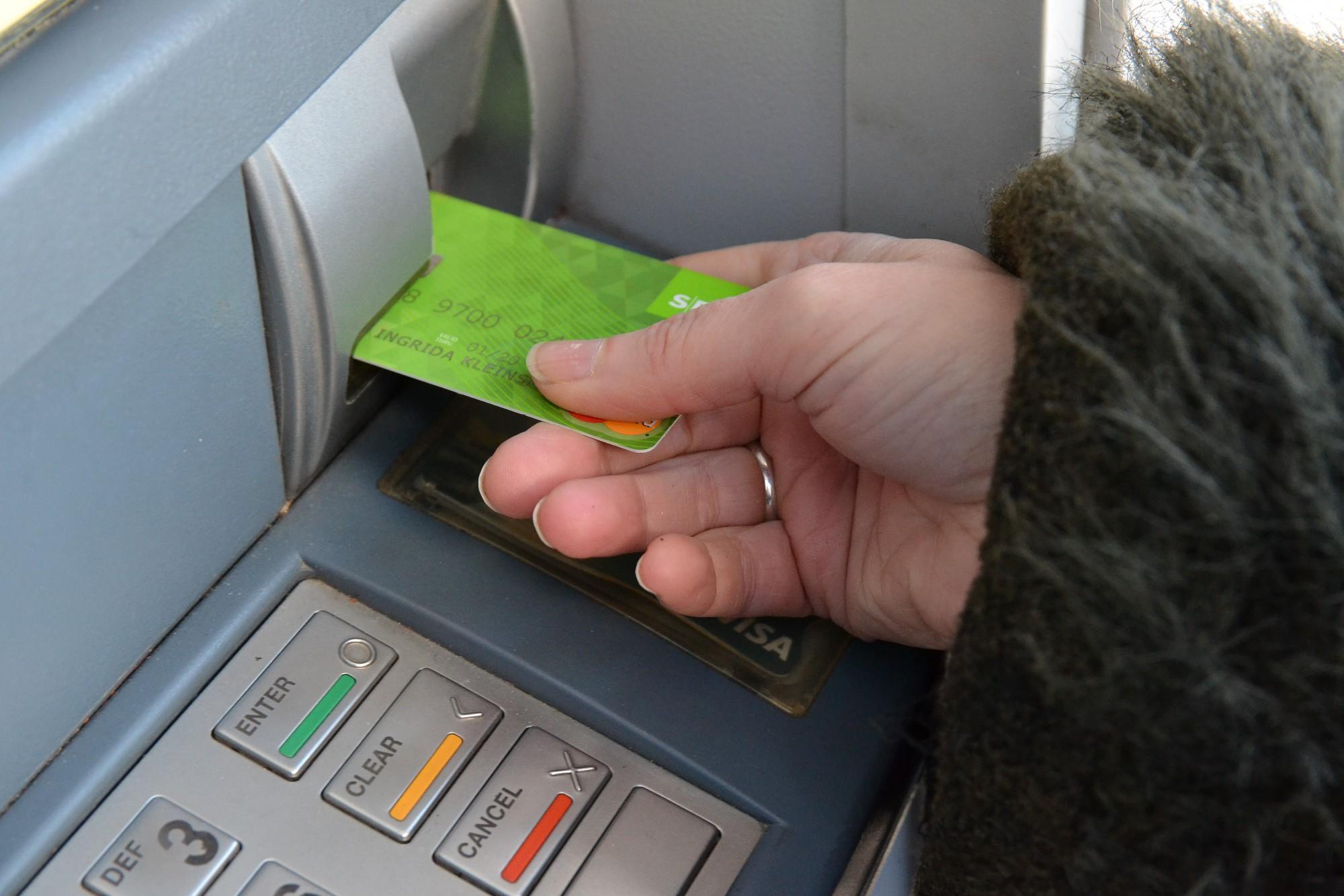 """Daugavpilī naudas izņemšana no """"Swedbank"""" bankomātiem masveidā sākusies nakts melnumā"""