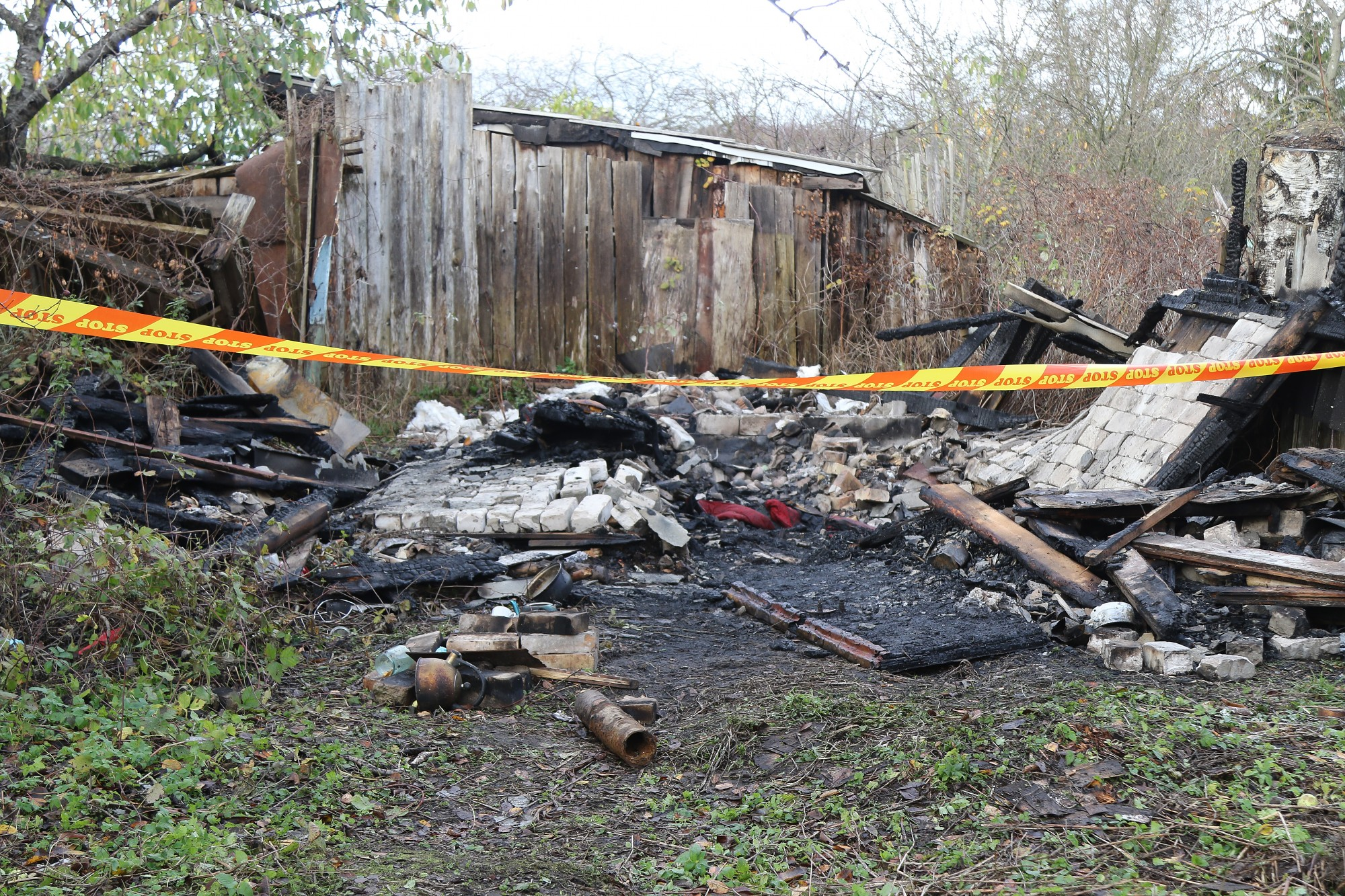 Papildināts (ar foto) – Nodegušā dārza mājā Liepājā atrod bojāgājušu cilvēku