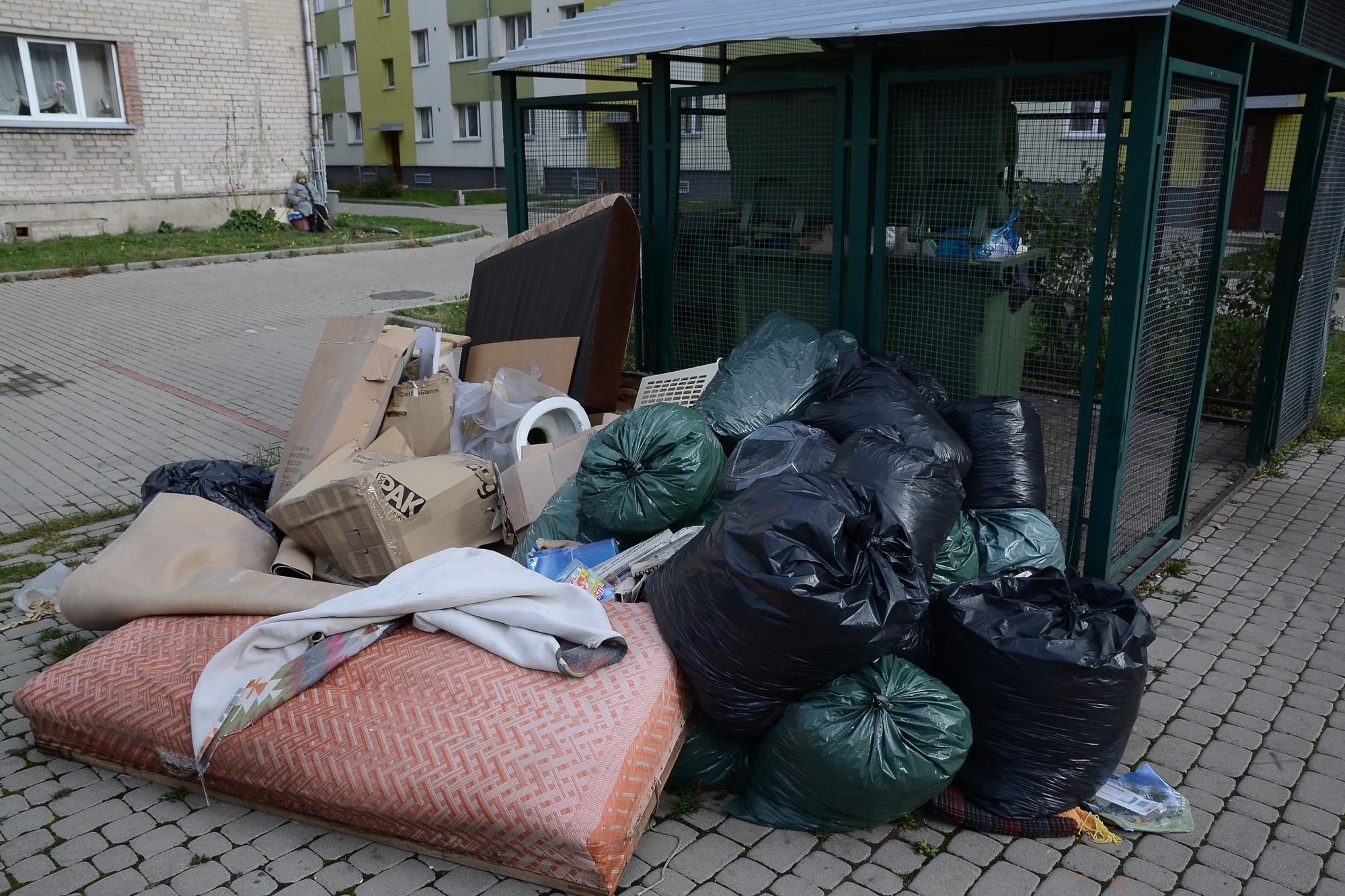 Vītolu ielas kaimiņi nevar vienoties par gružu izvešanu