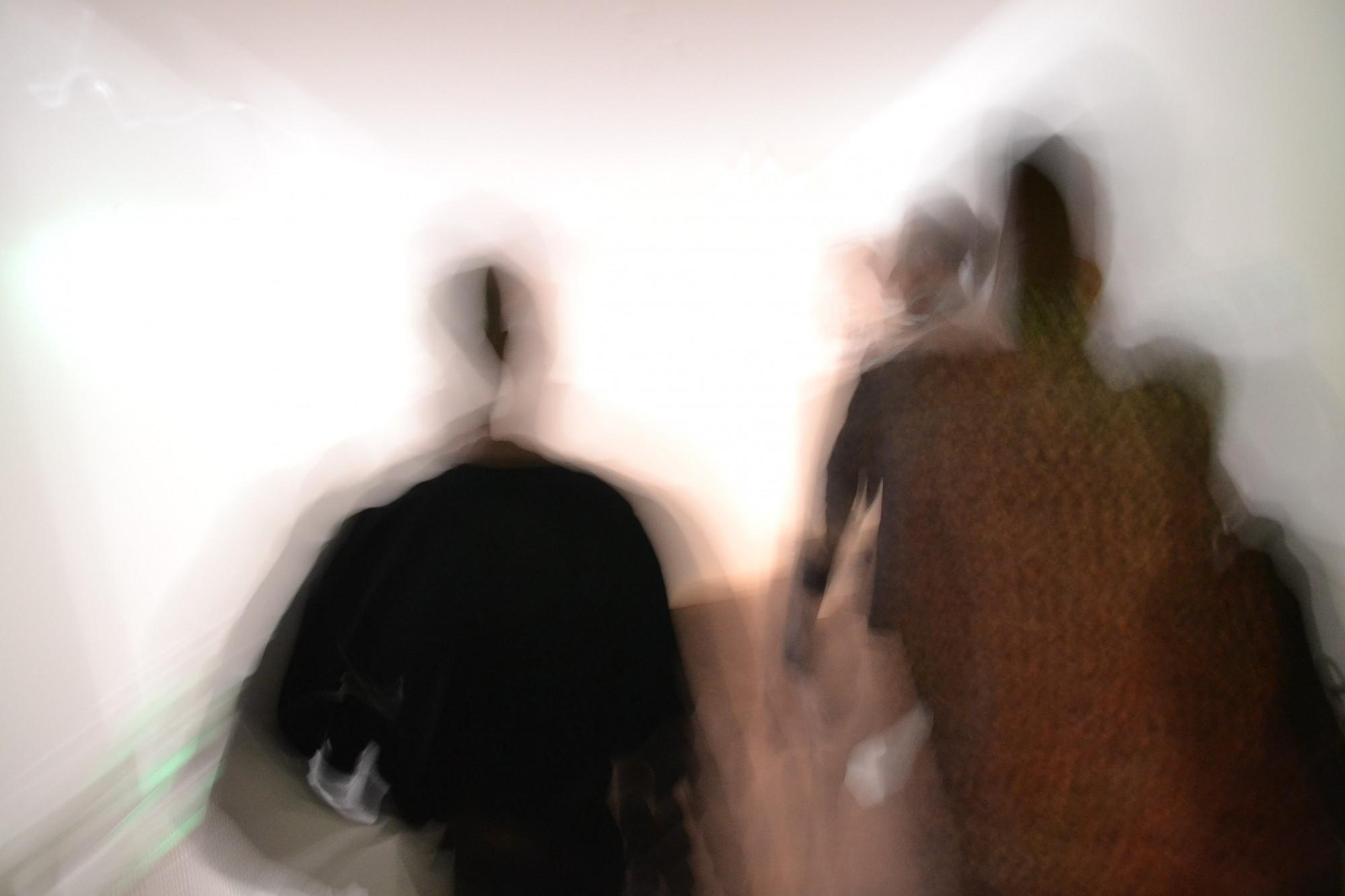 Atmodas bulvārī ielaužas dzīvoklī un nodara miesas bojājumus vairākiem cilvēkiem