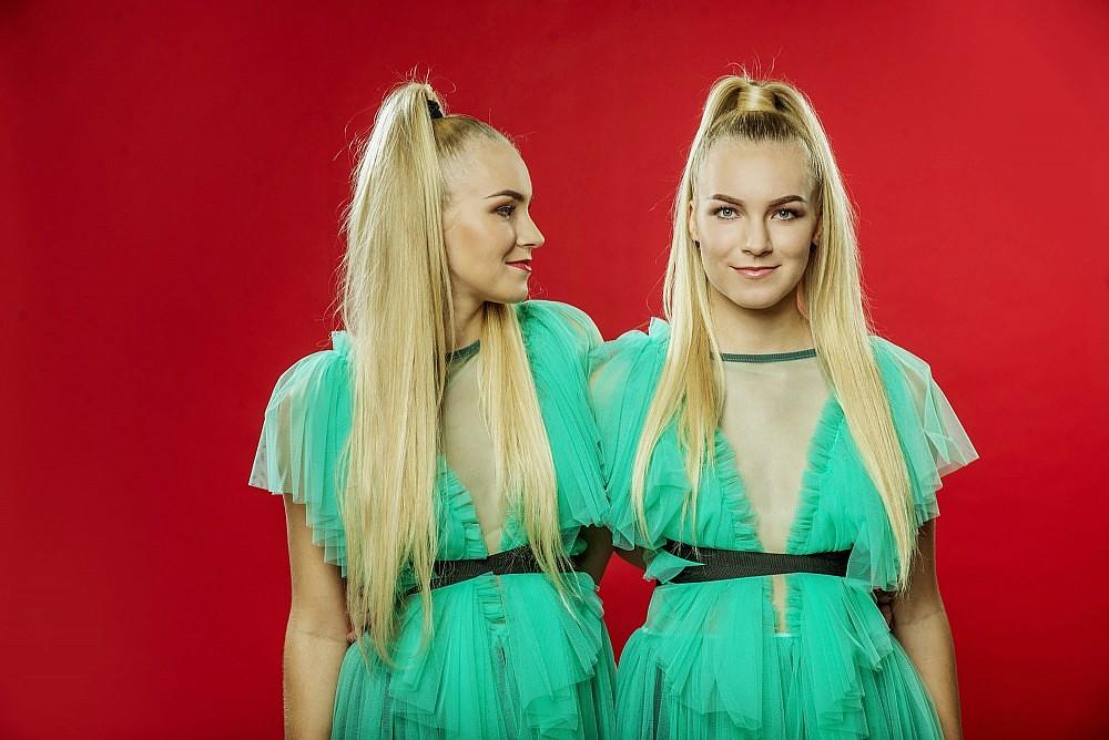 """Dvīņu māsas Rozes no Liepājas iekļuvušas šova """"X Faktors"""" finālā"""
