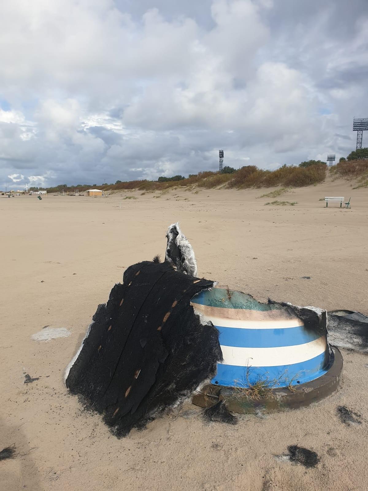 Liepājas pludmalē nodedzināta pārvietojamā tualete un atkritumu konteiners