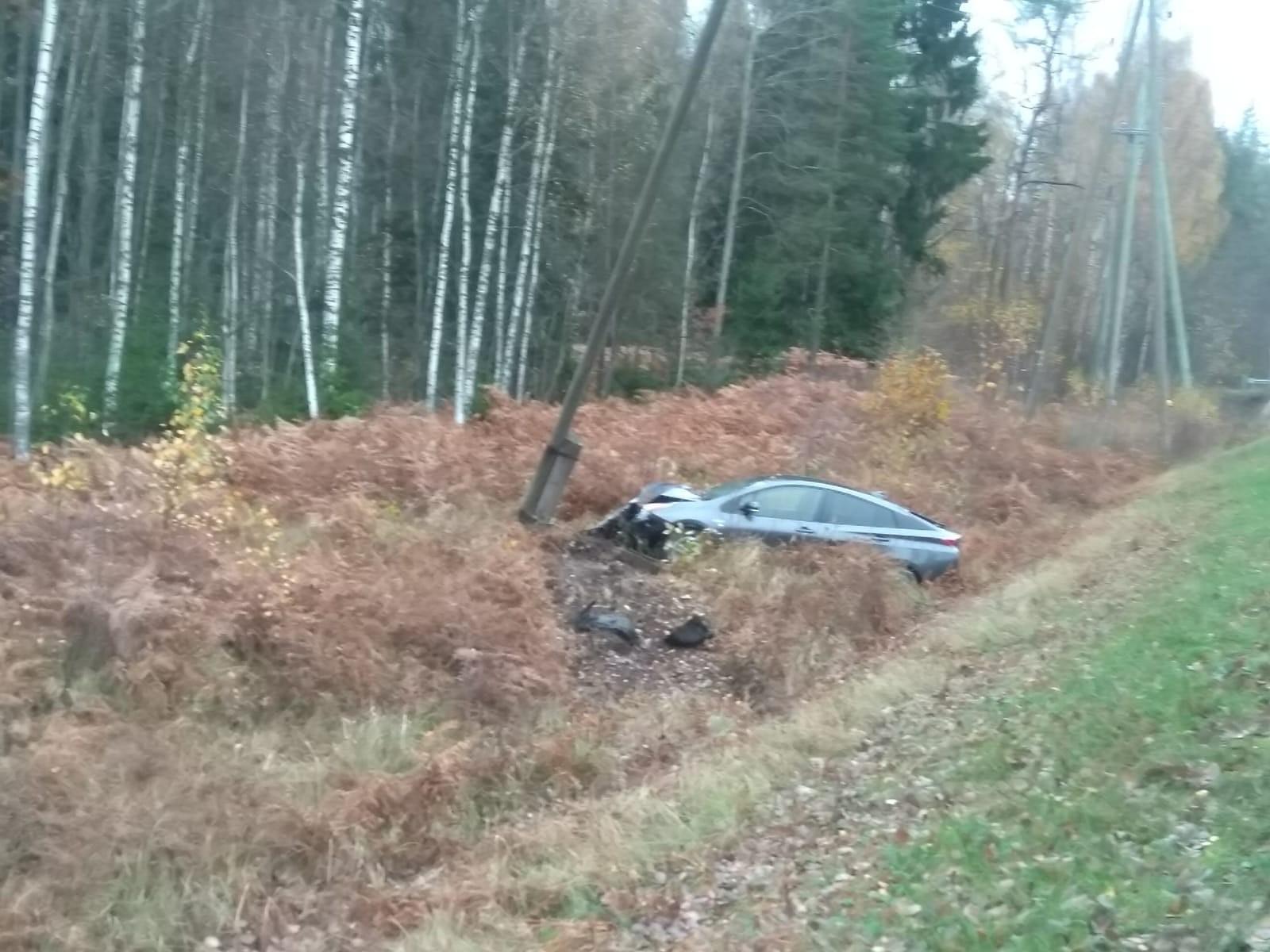 """Uz autoceļa Liepāja-Lietuvas robeža """"Toyota"""" vadītājs pēc pārgalvīgas braukšanas nonāk grāvī"""