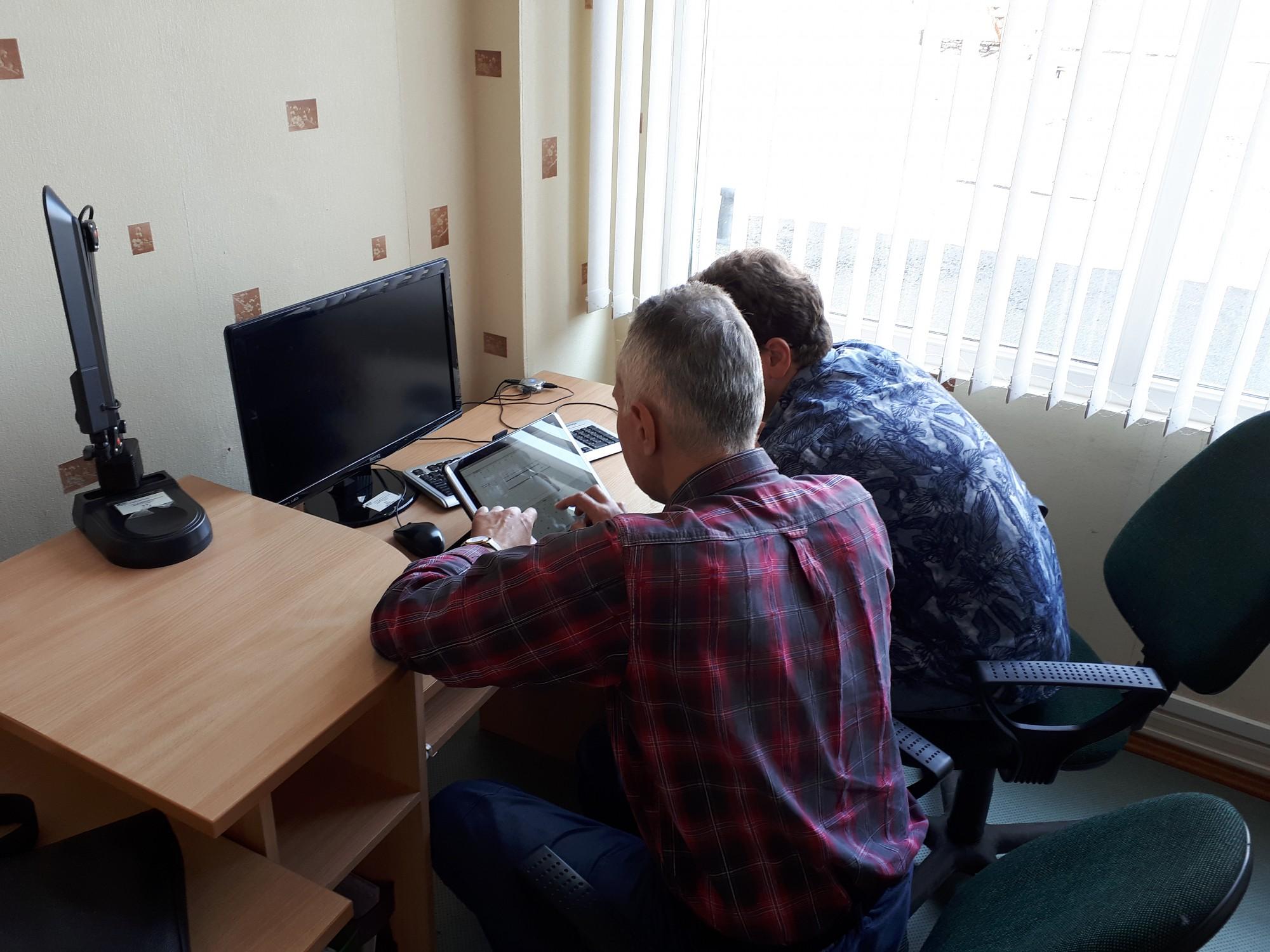 Cilvēki ar invaliditāti piedalās datorapmācības un dārza darbu nodarbības