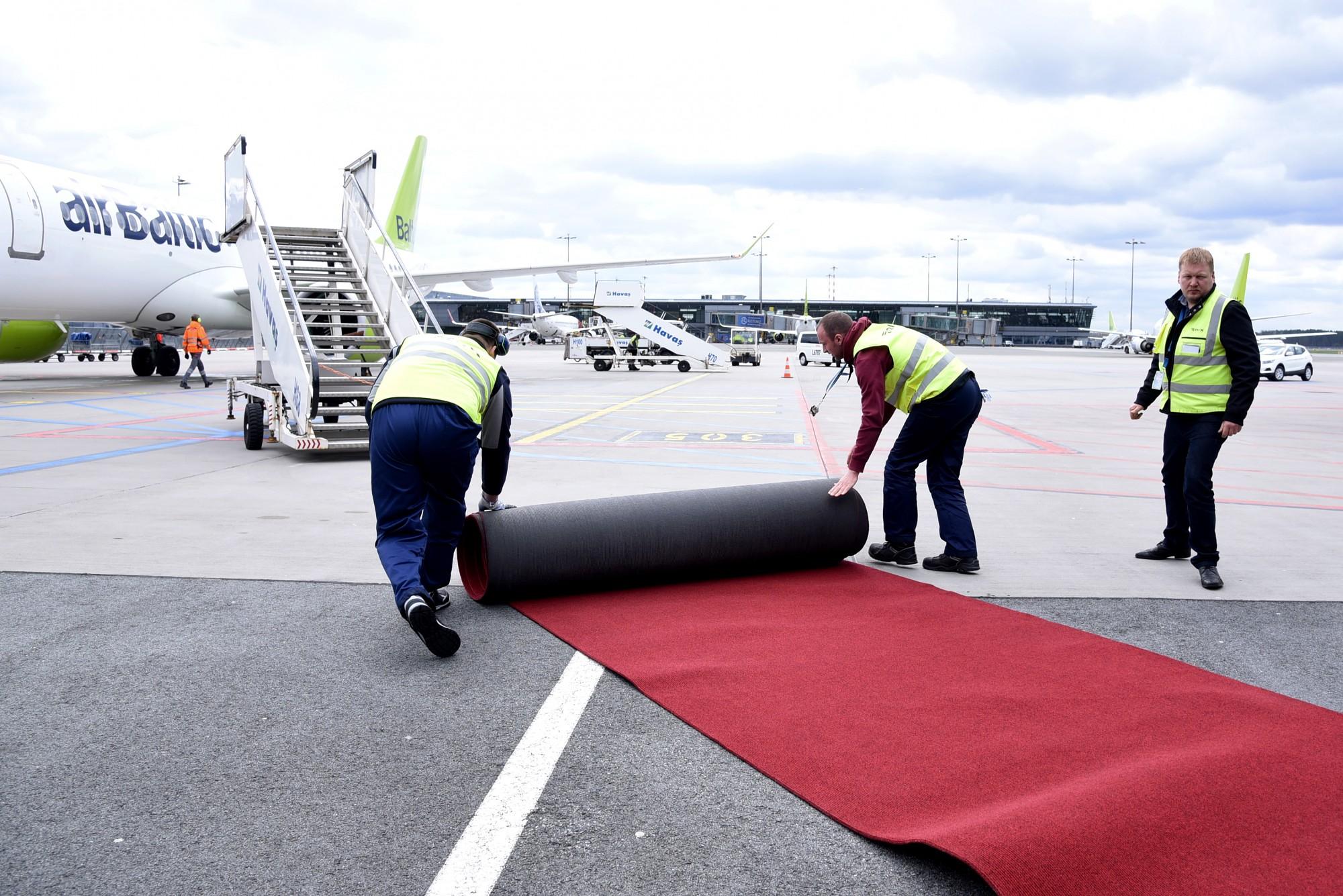 """Murgs. """"Airbaltic"""" atstāj pasažieri aiz borta un pamet vienu"""